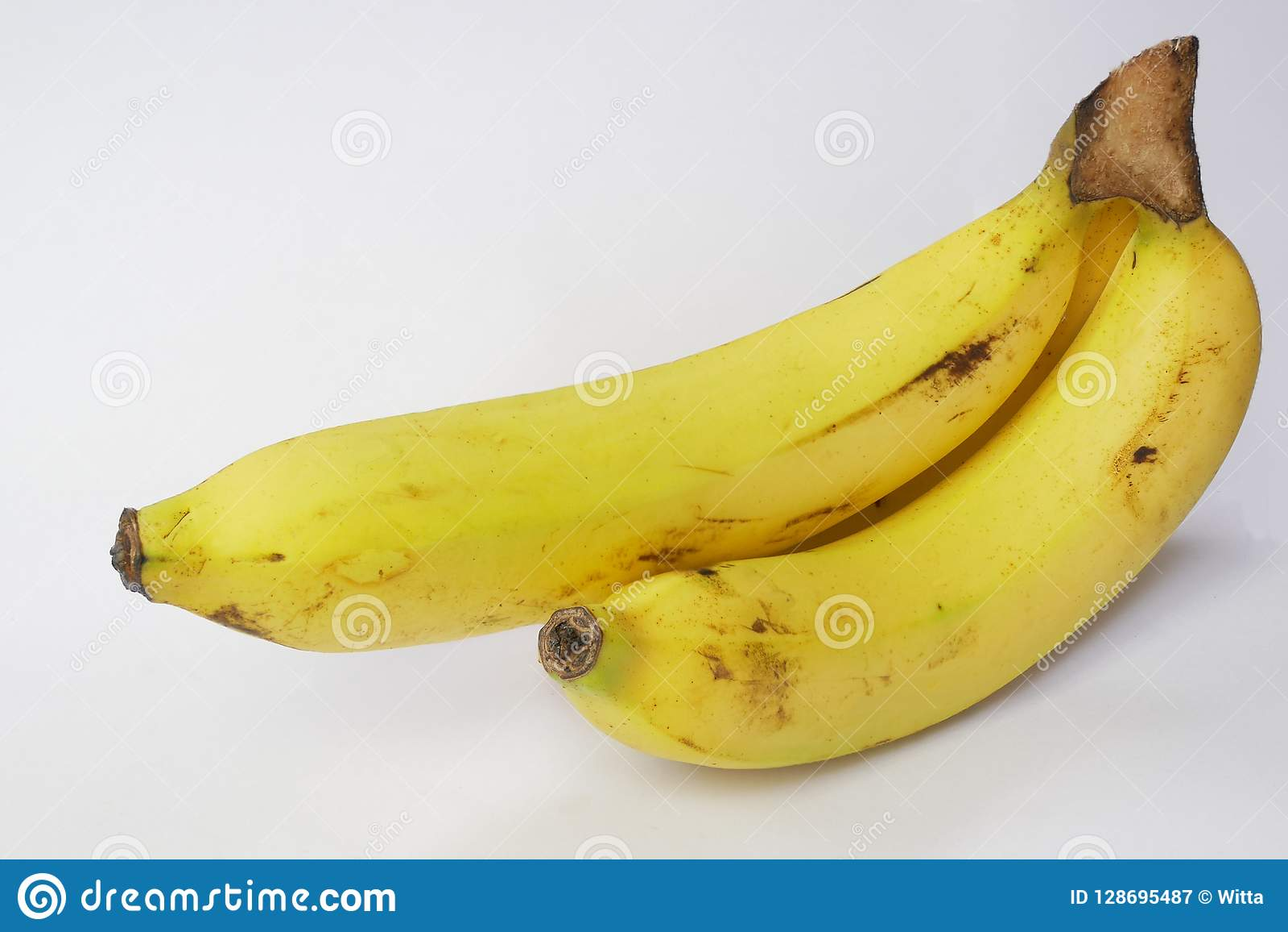 Μπανάνα που απομονώνεται στο λευκό με το ψαλίδισμα του διαστήματος πορειών και αντιγράφων