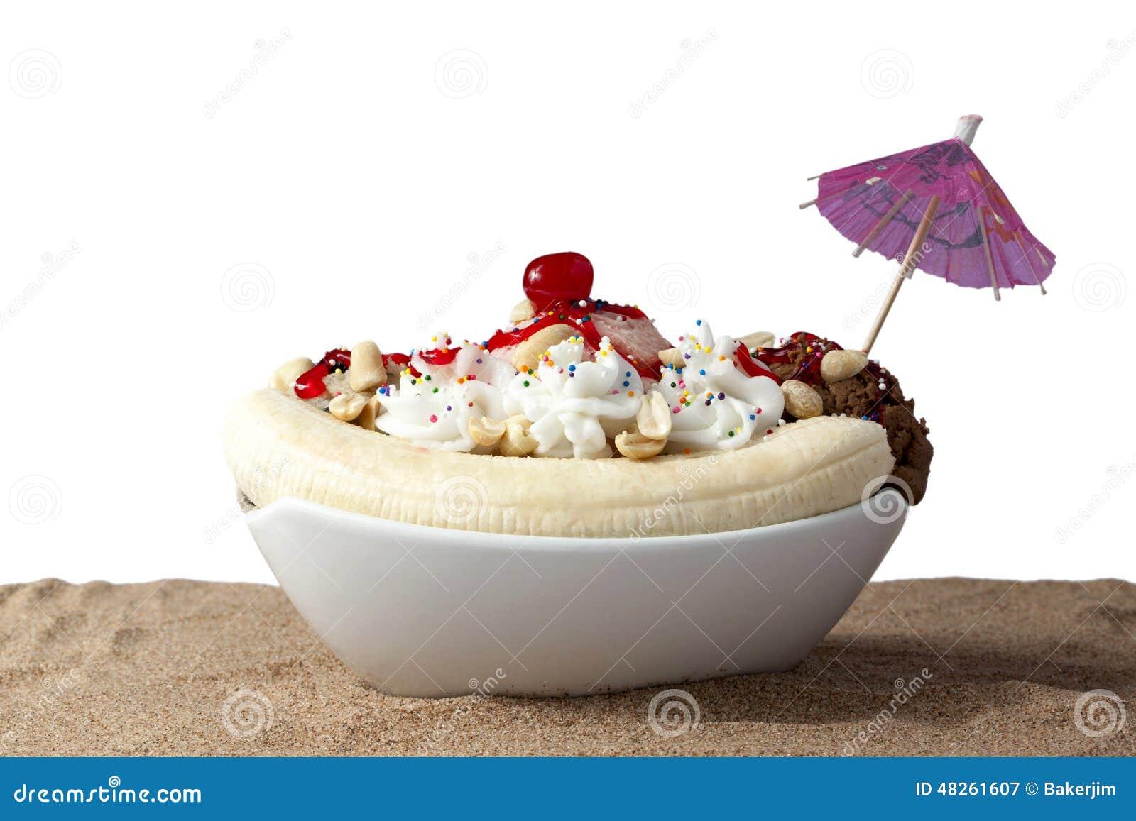 Μπανάνα που χωρίζεται στην άμμο