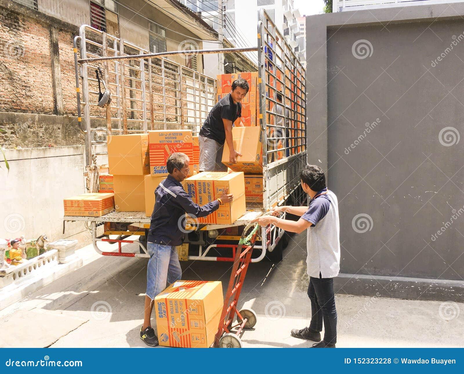 Μπανγκόκ, 21,2019 Ταϊλάνδη-Ιουνίου: Εργαζόμενοι που μεταφέρουν τα εμπορεύματα από