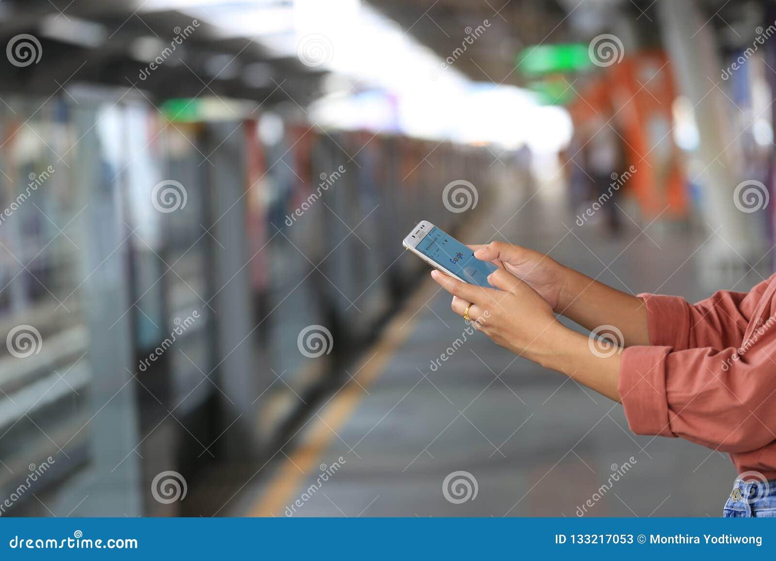 Μπανγκόκ, Ταϊλάνδη: Την 1η Δεκεμβρίου 2018, χέρι γυναικών που χρησιμοποιεί τη Samsung