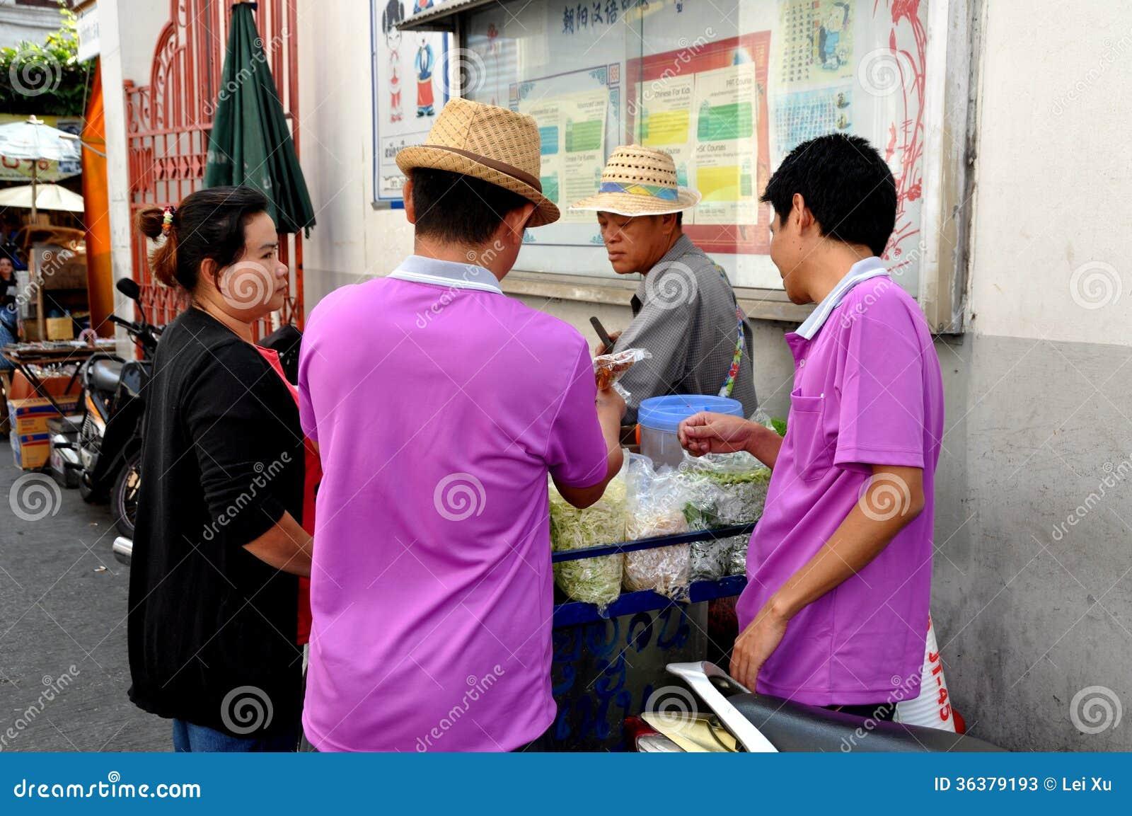 Μπανγκόκ, Ταϊλάνδη: Ταϊλανδοί που αγοράζουν τα τρόφιμα οδών