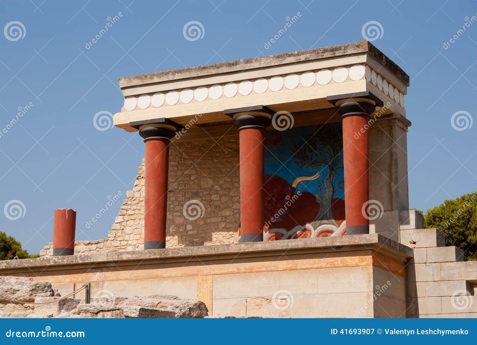Μπαλκόνι με μια κιονοστοιχία, νωπογραφία ανακούφισης που απεικονίζει τον ταύρο