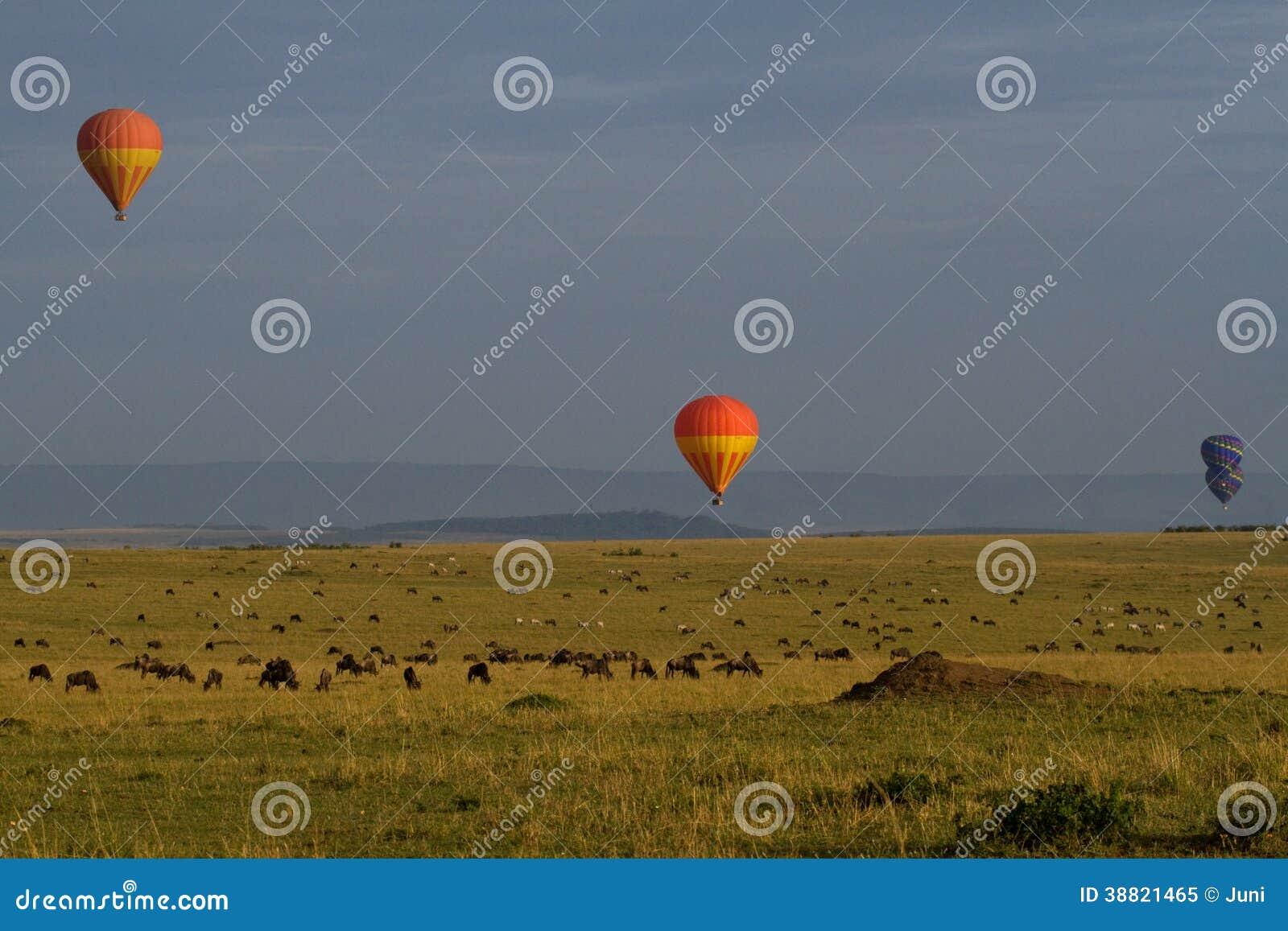 Μπαλόνια ζεστού αέρα πέρα από τις ατελείωτες πεδιάδες