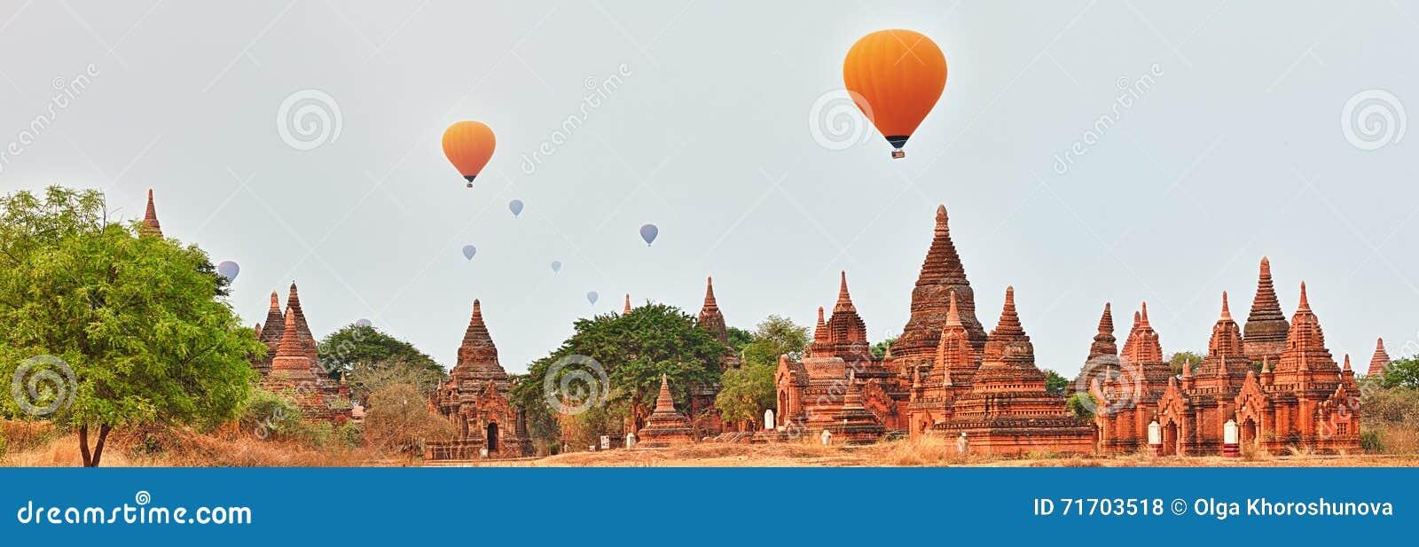 Μπαλόνια πέρα από τους ναούς σε Bagan Myanmar