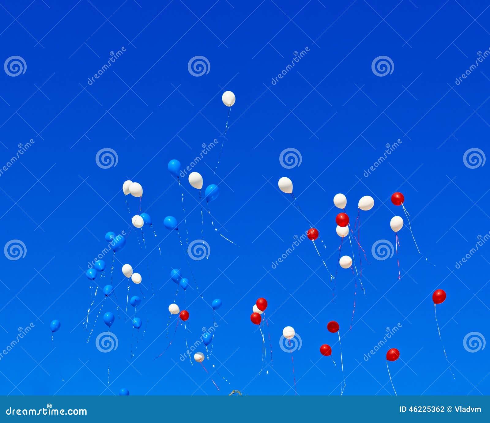 Μπαλόνια που πετούν στον ουρανό
