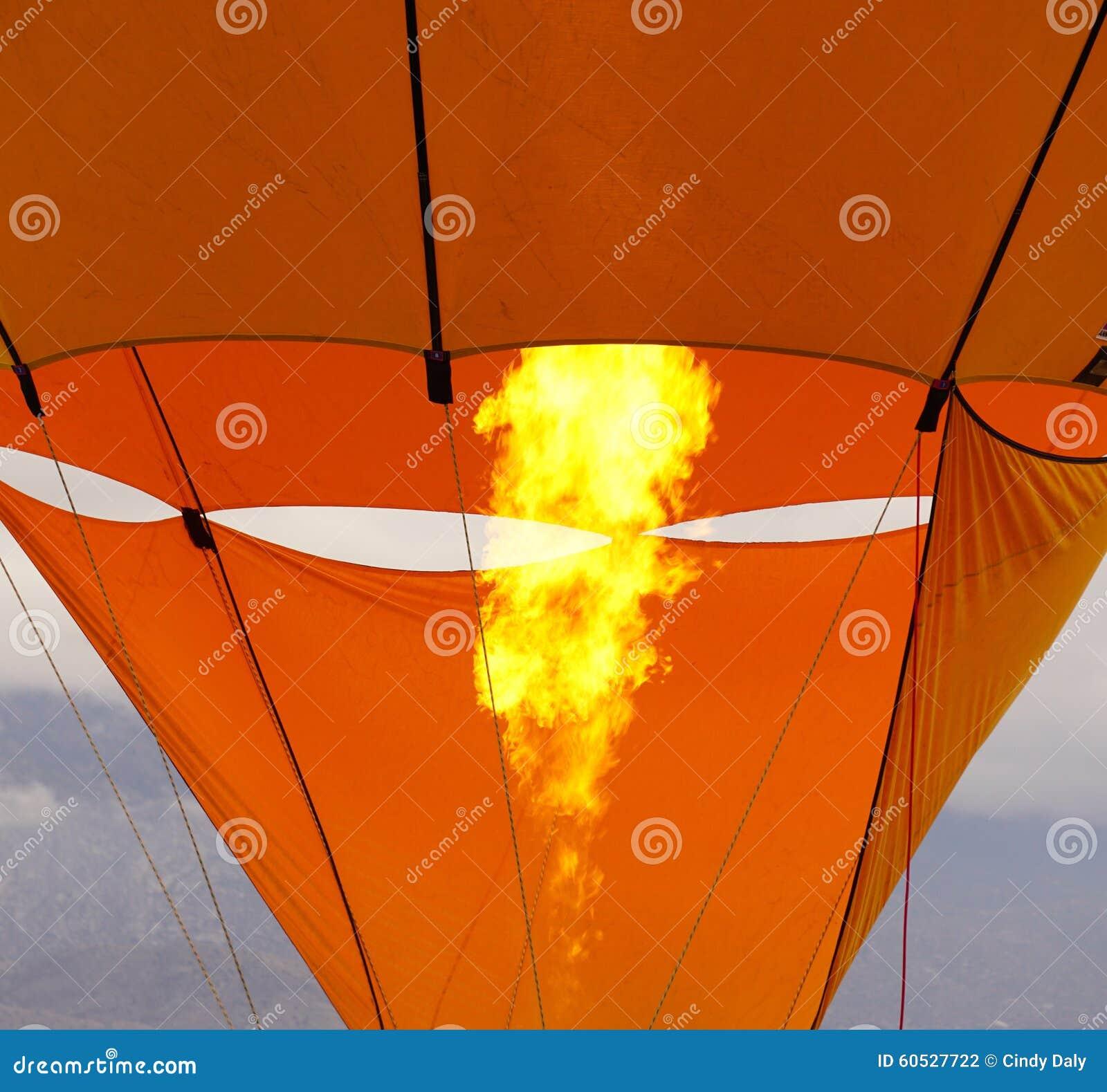 Μπαλόνι ζεστού αέρα που θερμαίνει επάνω