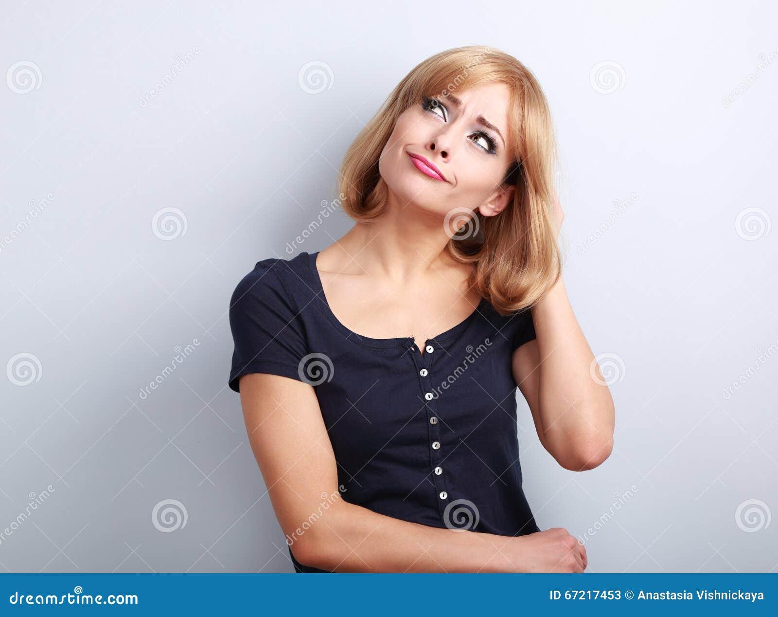 Μπερδεμένη δυστυχισμένη σκεπτόμενη νέα γυναίκα που ανατρέχει στο κενό αντίγραφο SP