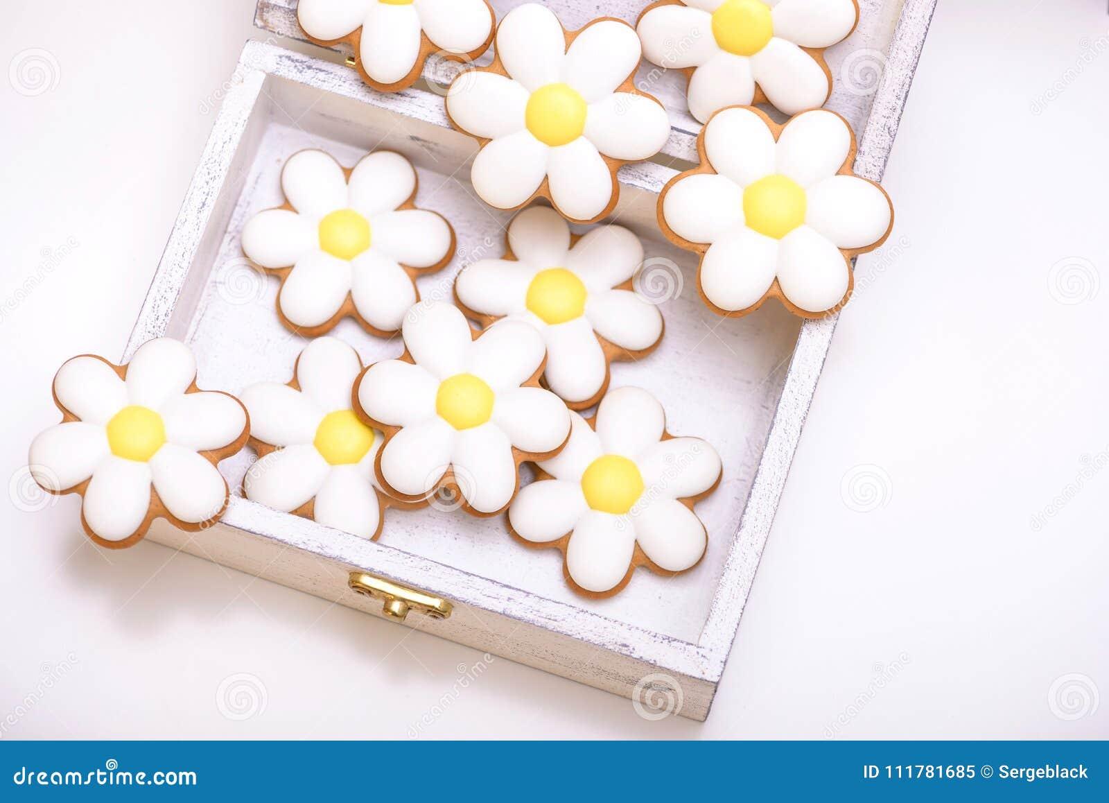 Μπισκότα μελοψωμάτων με μορφή των chamomile λουλουδιών