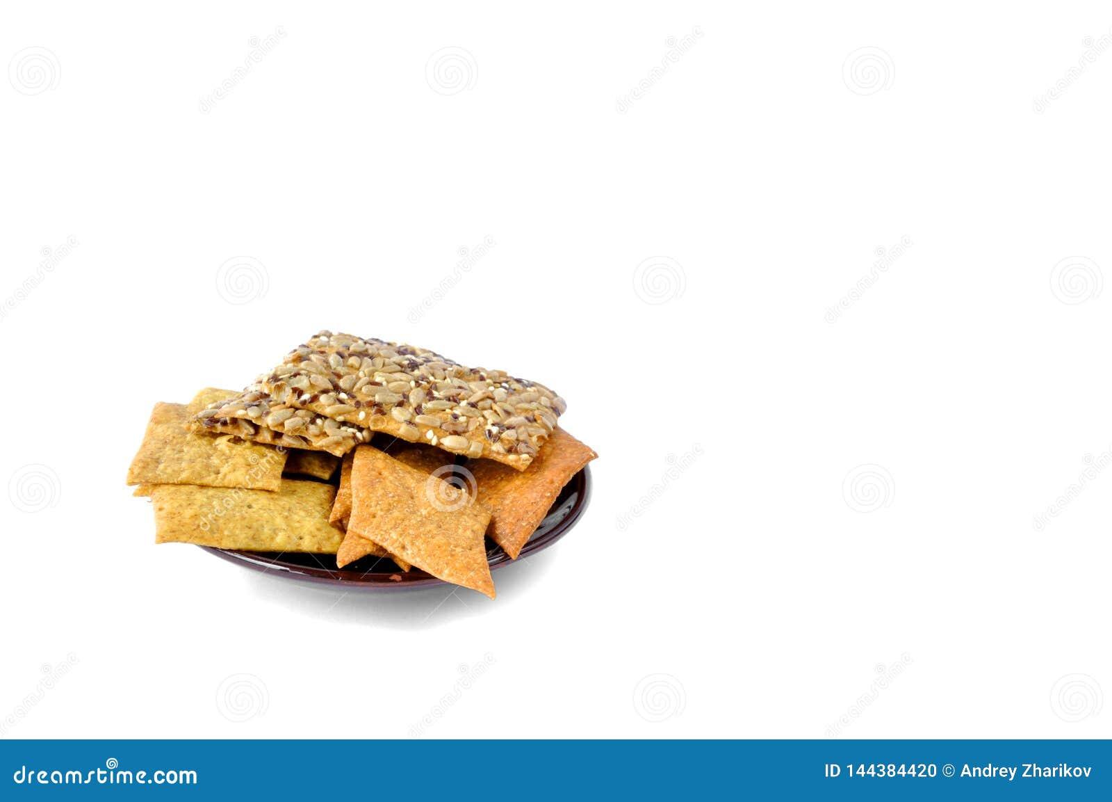 Μπισκότα με τους σπόρους σε ένα πιάτο σε ένα άσπρο υπόβαθρο