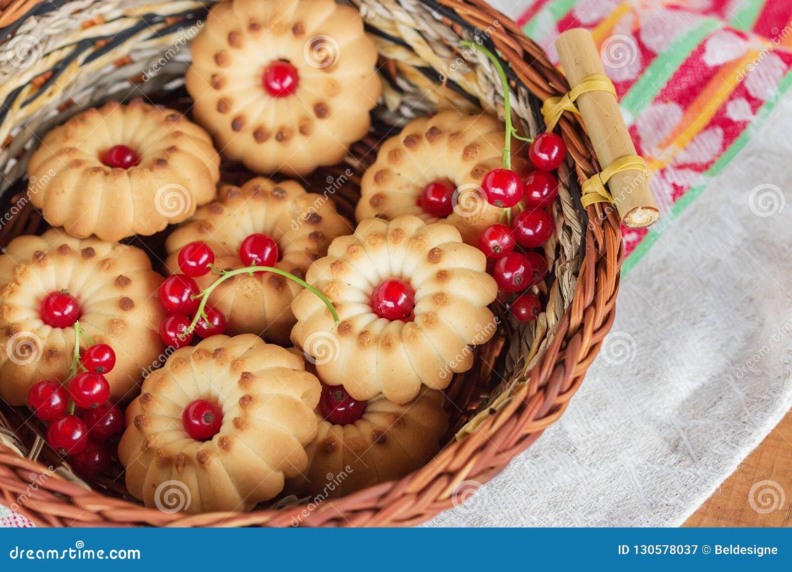 Μπισκότα με red-currant σε ένα καλάθι