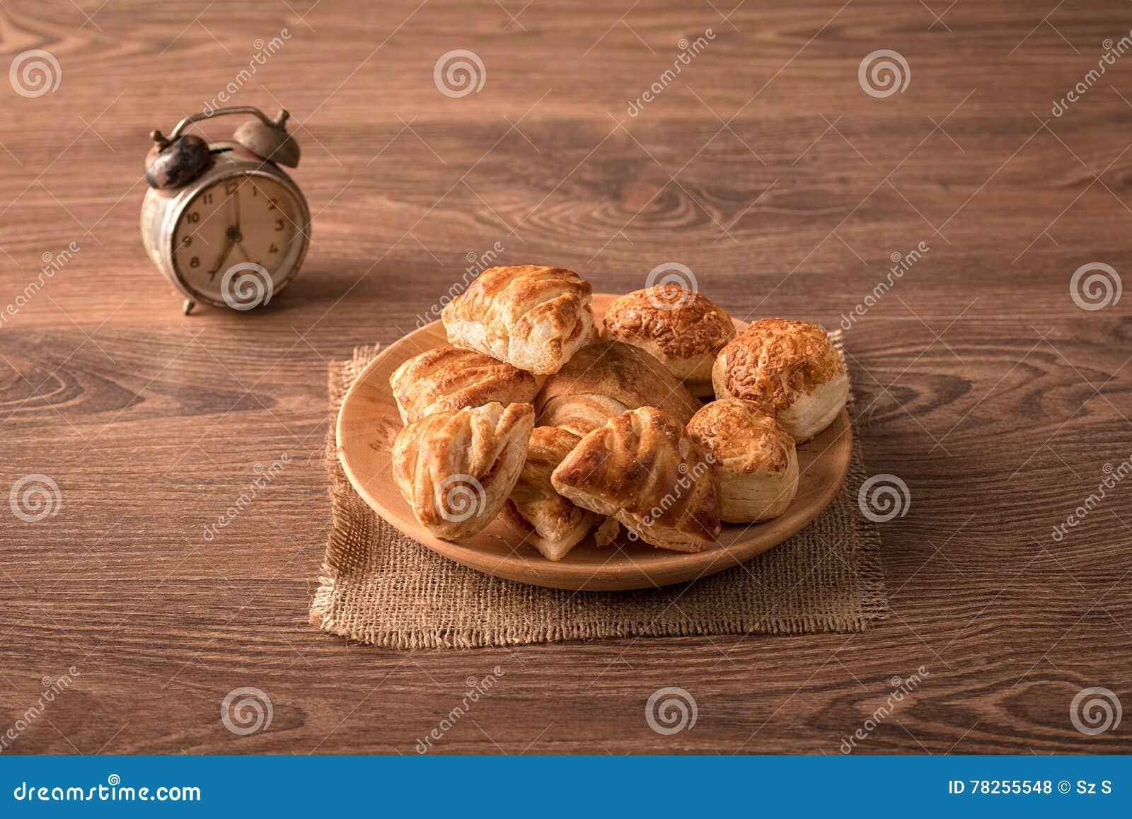 Μπισκότα στο ξύλινο πιάτο