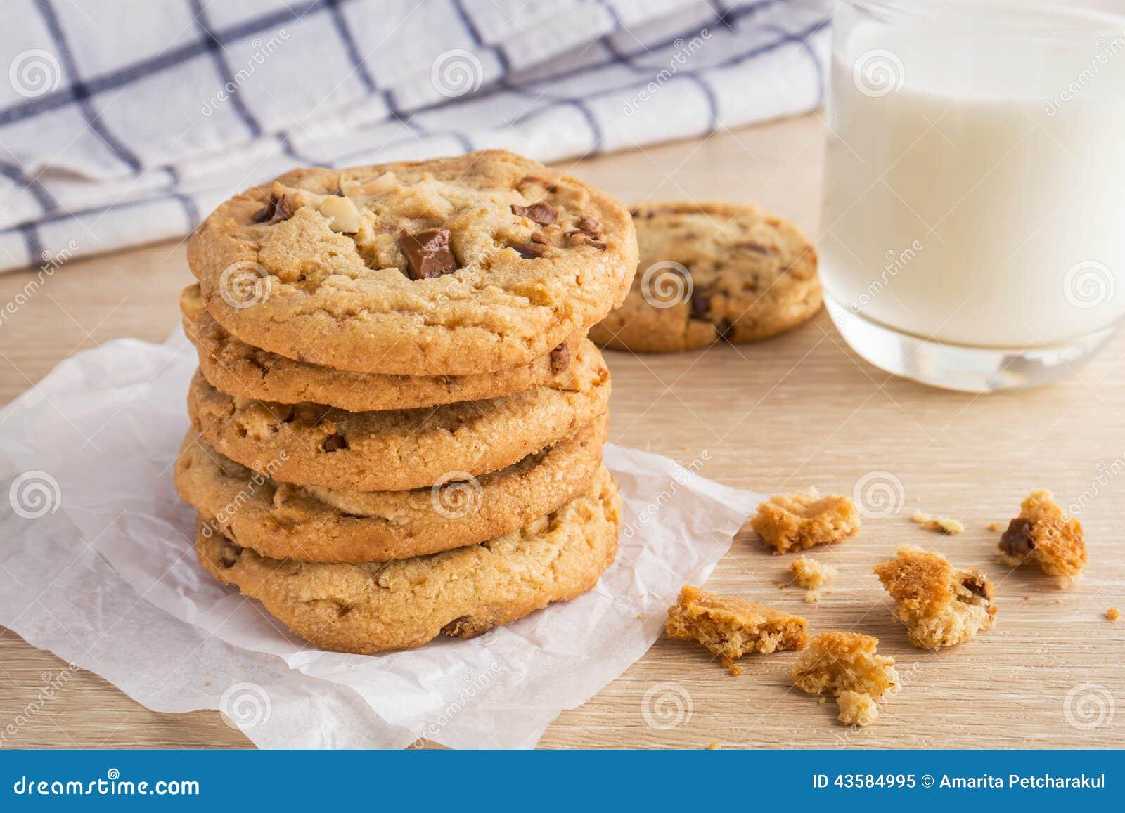 Μπισκότο τσιπ σοκολάτας με το γυαλί αμυγδάλων και γάλακτος