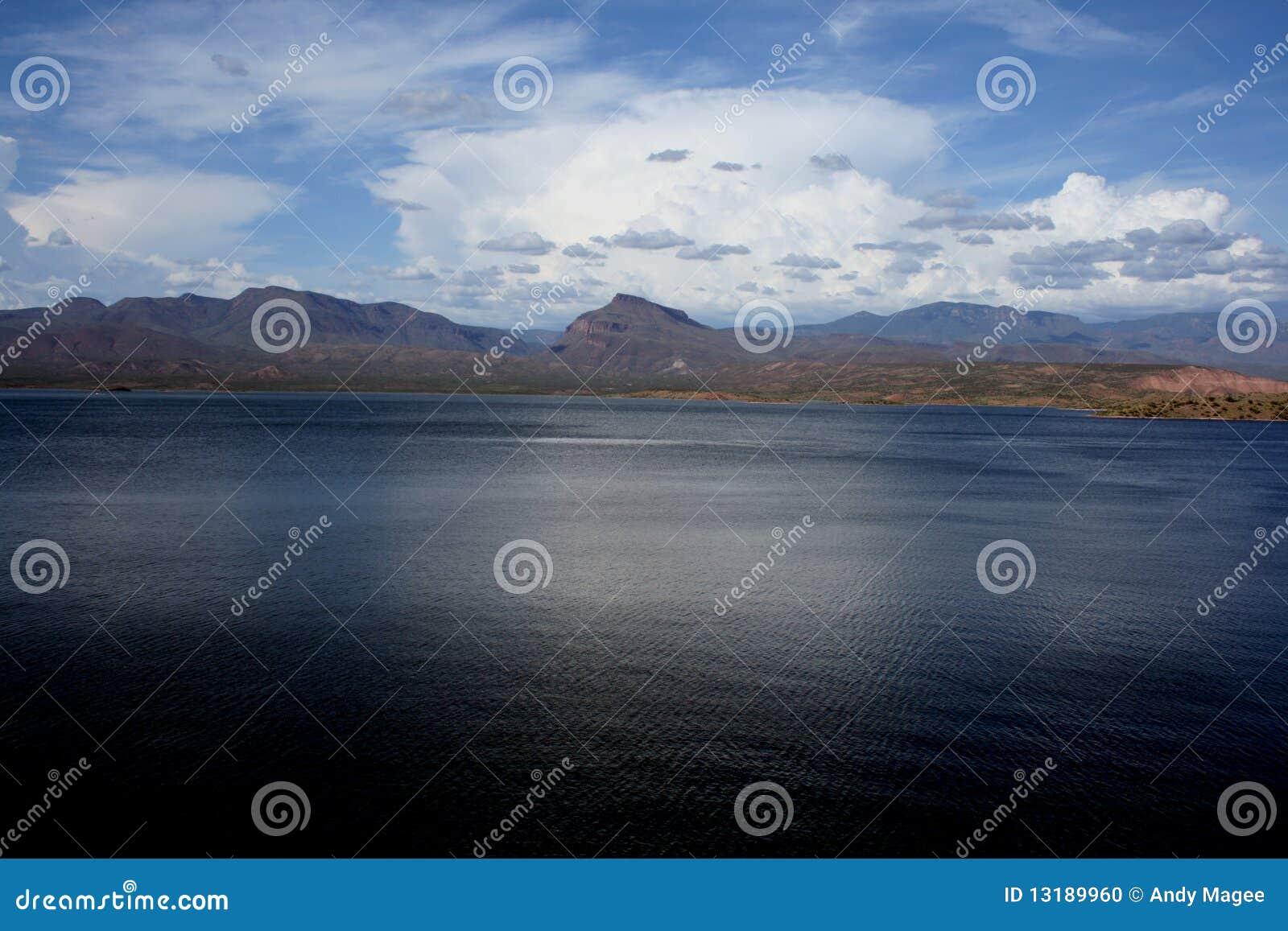 μπλε βαθιά λίμνη ερήμων