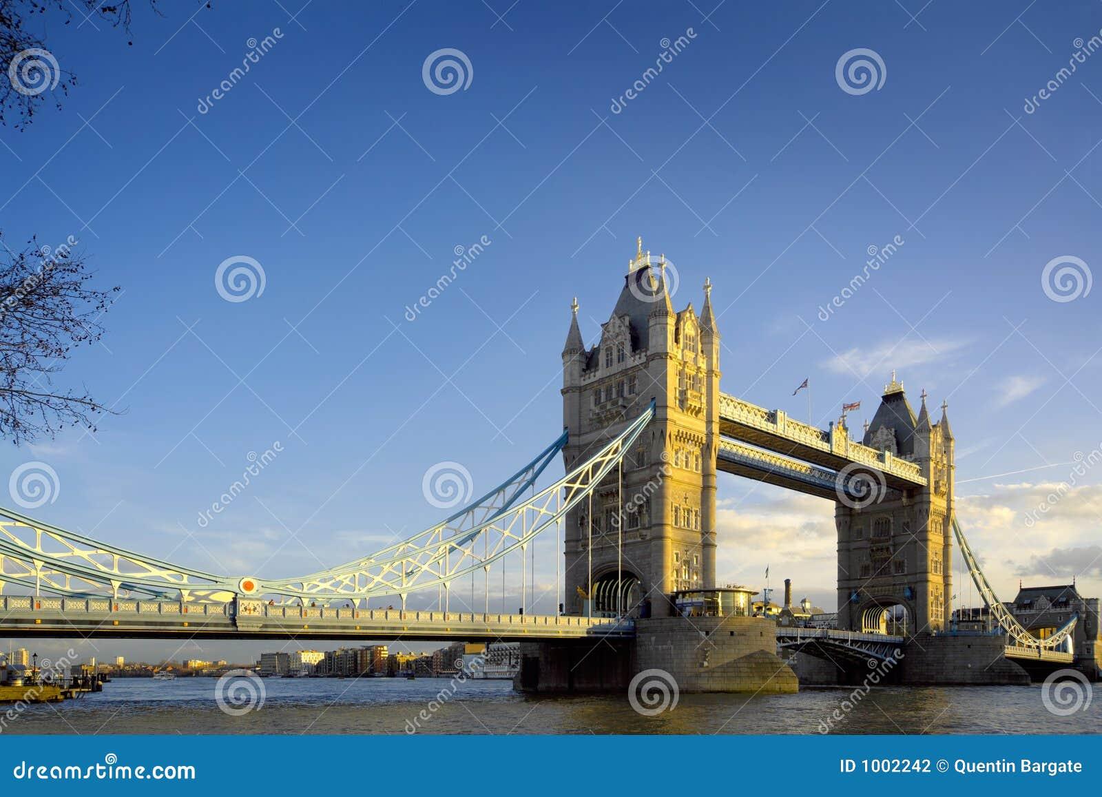 μπλε γέφυρα που εξισώνει τον ελαφρύ πύργο ουρανού του Λονδίνου