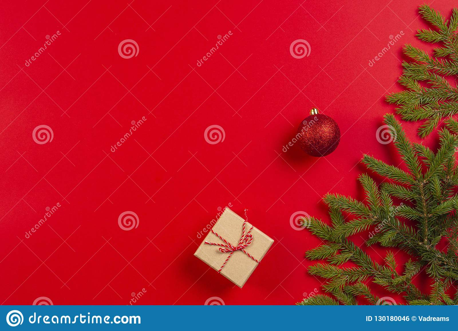 μπλε γυαλί σύνθεσης Χριστουγέννων μπιχλιμπιδιών Το δέντρο του FIR διακλαδίζεται, διακοσμήσεις Χριστουγέννων και παρόν κιβώτιο δώρ