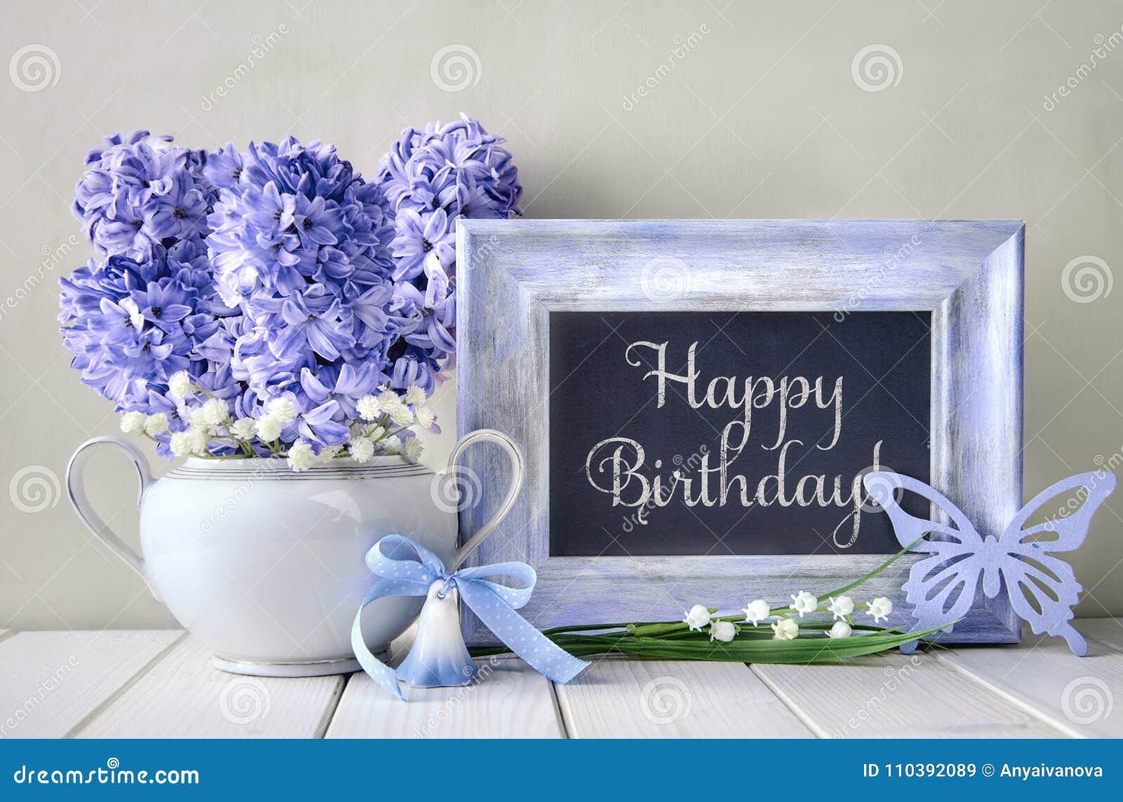 8c61b471a25e Μπλε διακοσμήσεις και λουλούδια υάκινθων στον άσπρο πίνακα