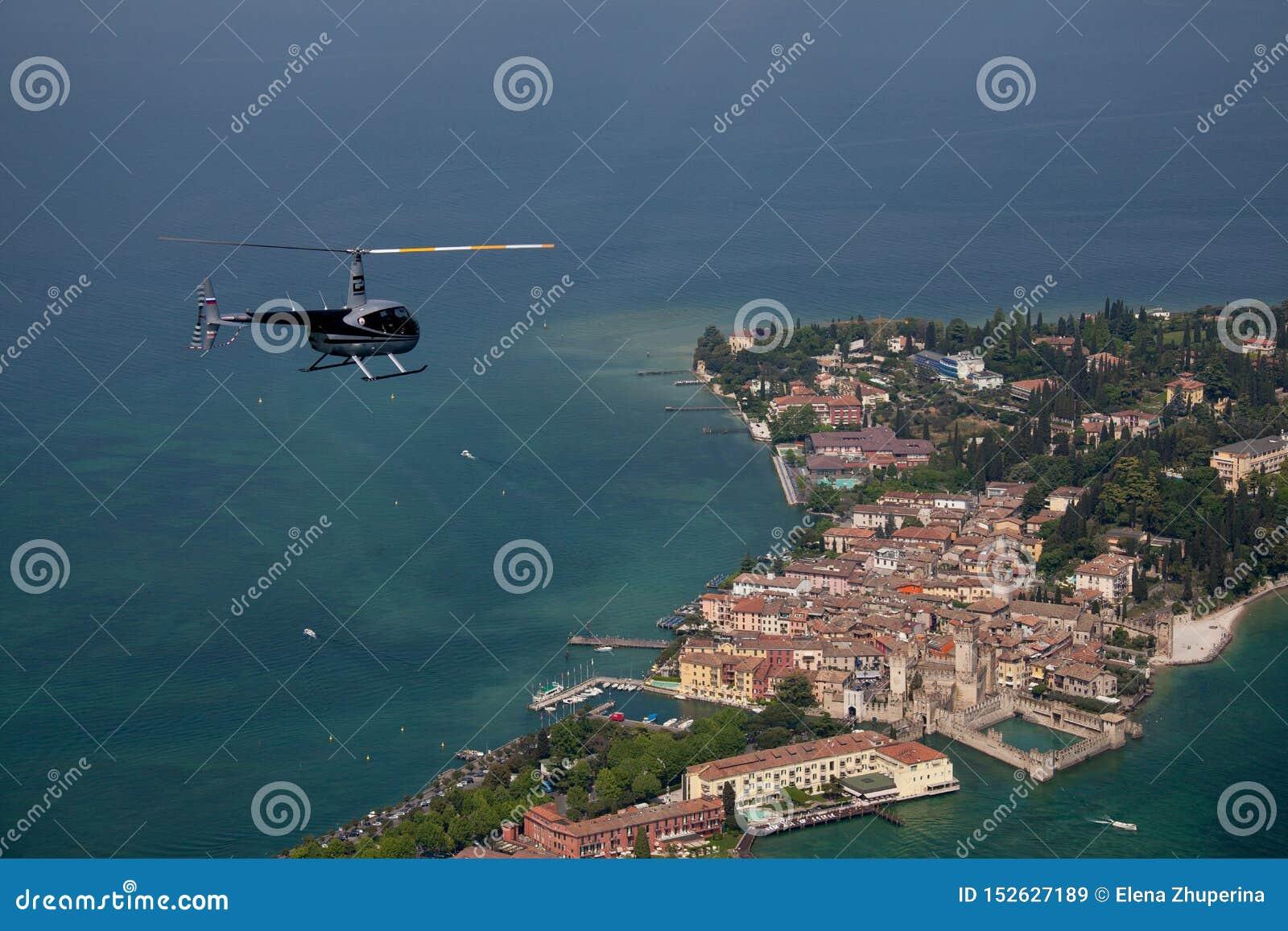Μπλε ελικόπτερο πέρα από ένα μικρό ιταλικό νησί στη Μεσόγειο