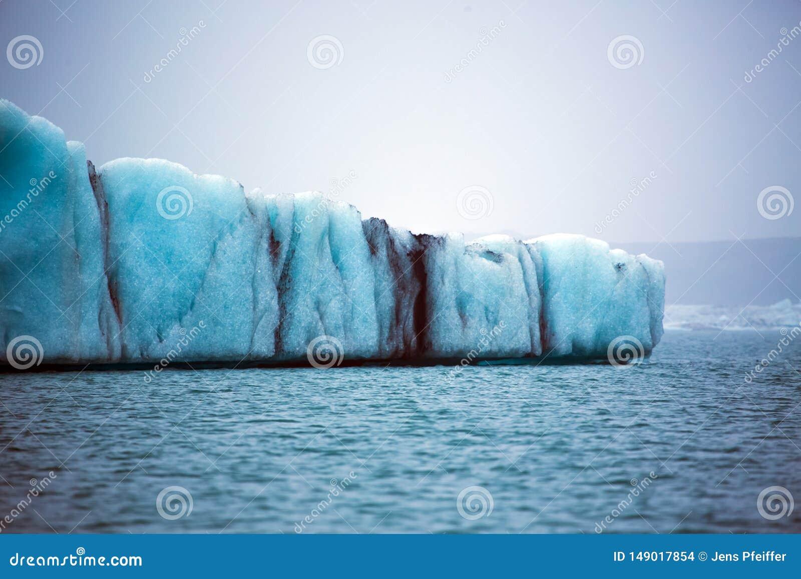 Μπλε επιπλέων πάγος πάγου παγετώνων στη λίμνη παγετώνων