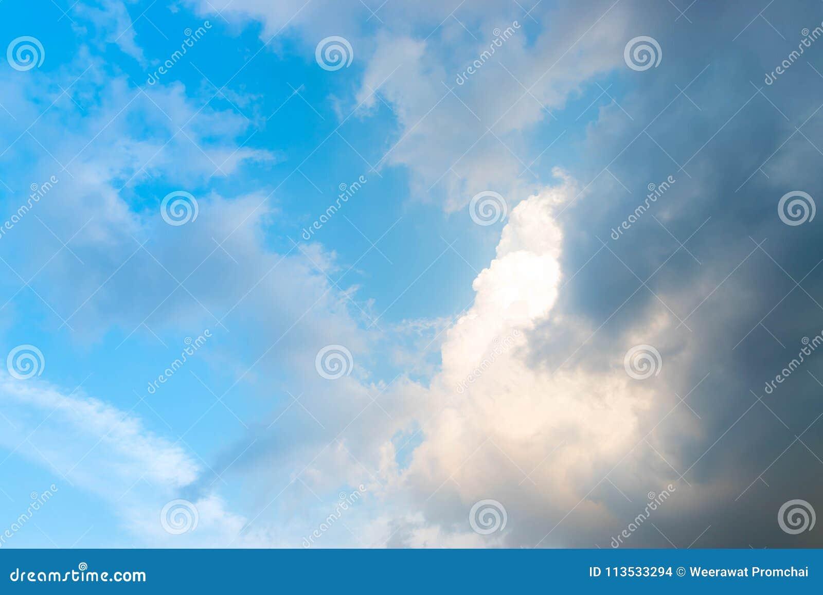 Μπλε και σκοτεινός ουρανός