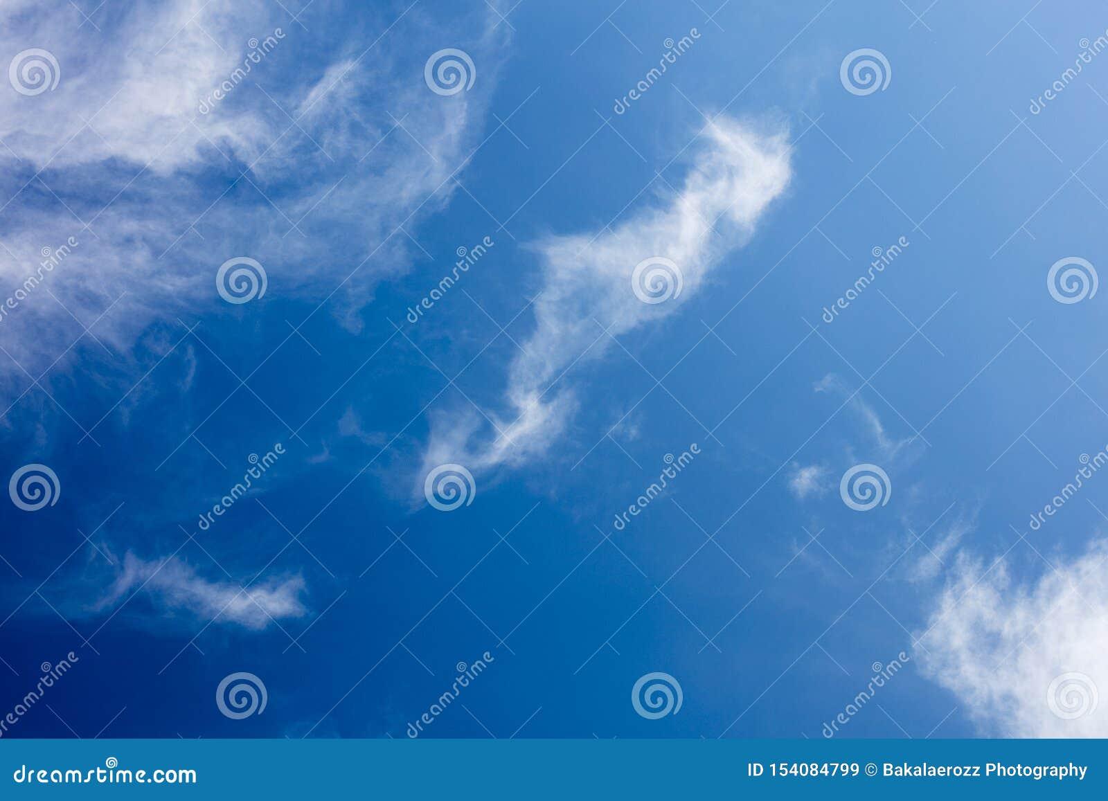 Μπλε ουρανός με τις Καλές Τέχνες υποβάθρου θερινής διάθεσης σύννεφων μέσα υψηλές - προϊόντα ποιοτικών τυπωμένων υλών πενήντα mega