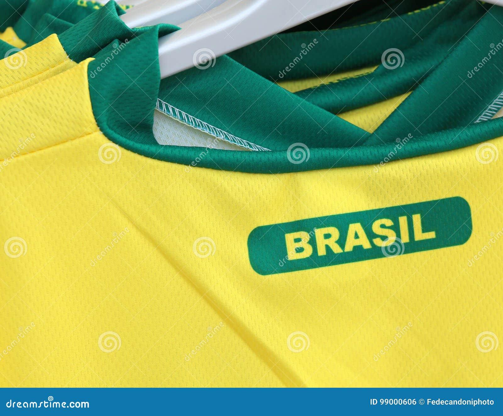 eee33c53ffb8 Μπλούζες ποδοσφαίρου με το κείμενο ΒΡΑΖΙΛΙΑ που σημαίνει τη Βραζιλία ...