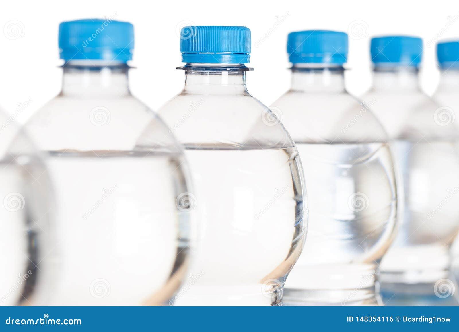 Μπουκάλια μπουκαλιών νερό στο λευκό