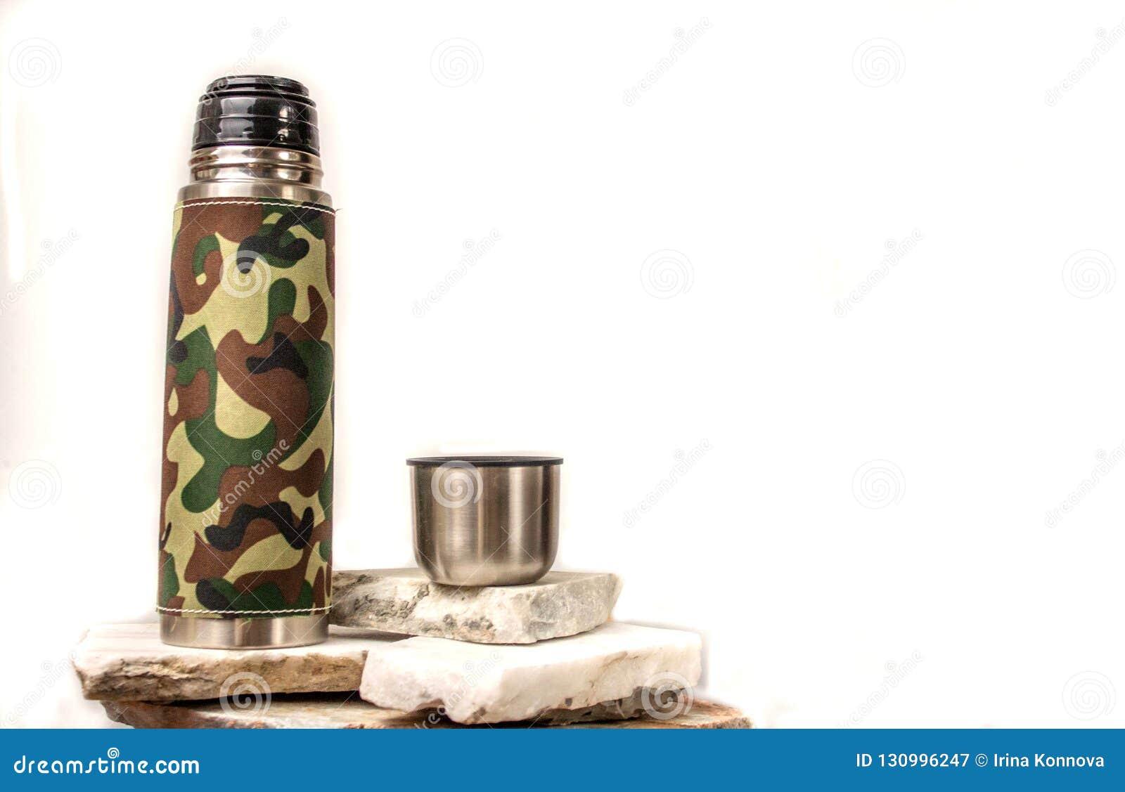 Μπουκάλι Thermos σε ένα άσπρο υπόβαθρο