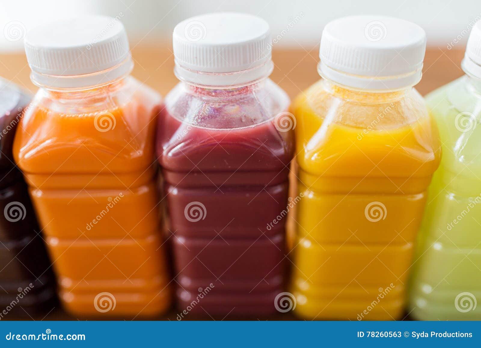Μπουκάλια με τα διαφορετικά φρούτα ή τους φυτικούς χυμούς