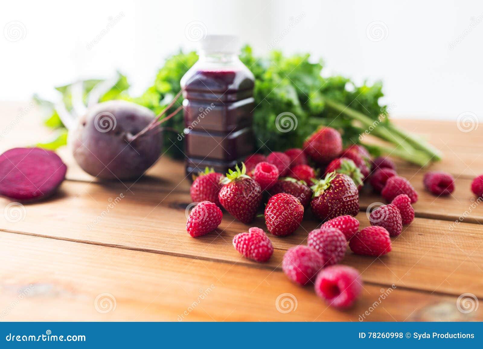 Μπουκάλι με το χυμό παντζαριών, φρούτα και λαχανικά