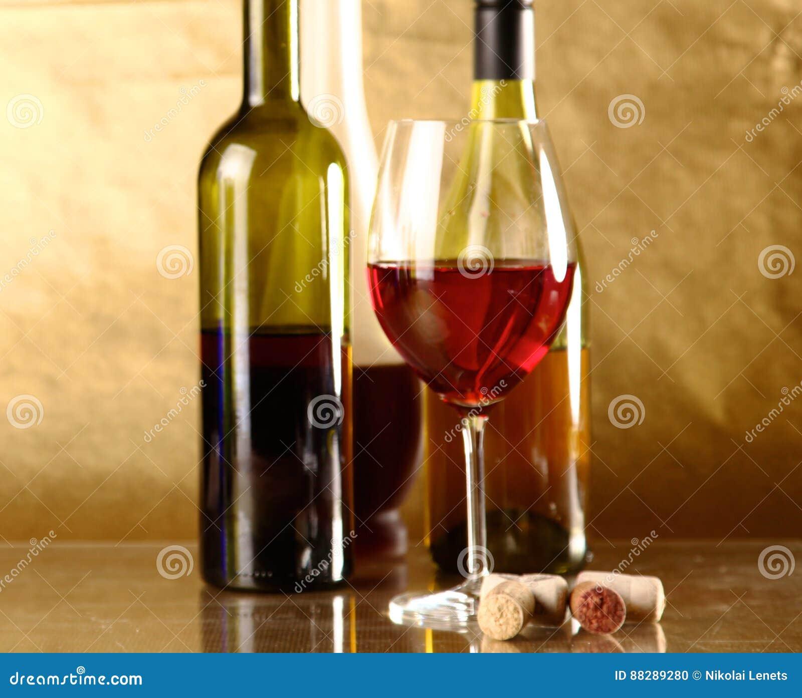 Μπουκάλι του κρασιού και του γυαλιού στον πίνακα
