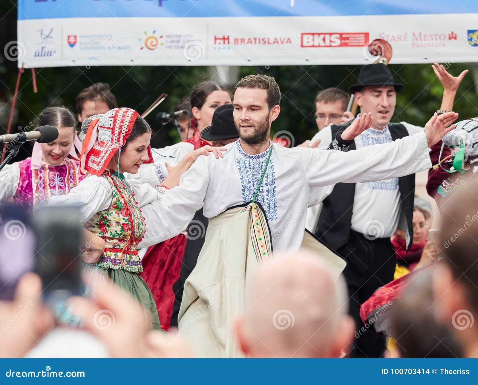 ΜΠΡΑΤΙΣΛΆΒΑ, ΣΛΟΒΑΚΙΑ - 1 ΣΕΠΤΕΜΒΡΊΟΥ 2017 Χορευτές που χορεύουν στα παραδοσιακά σλοβάκικα ενδύματα στη Μπρατισλάβα, Σλοβακία