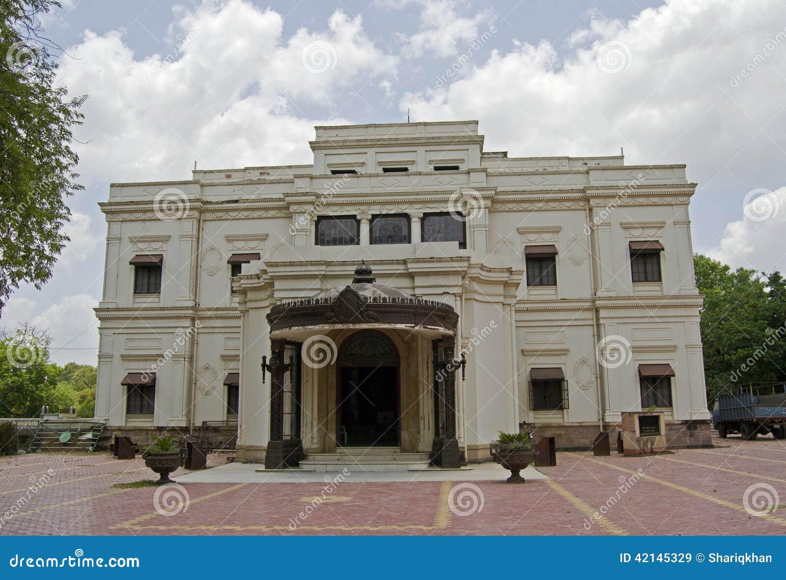 Μπροστινή άποψη του ιστορικού παλατιού Indore Lalbagh