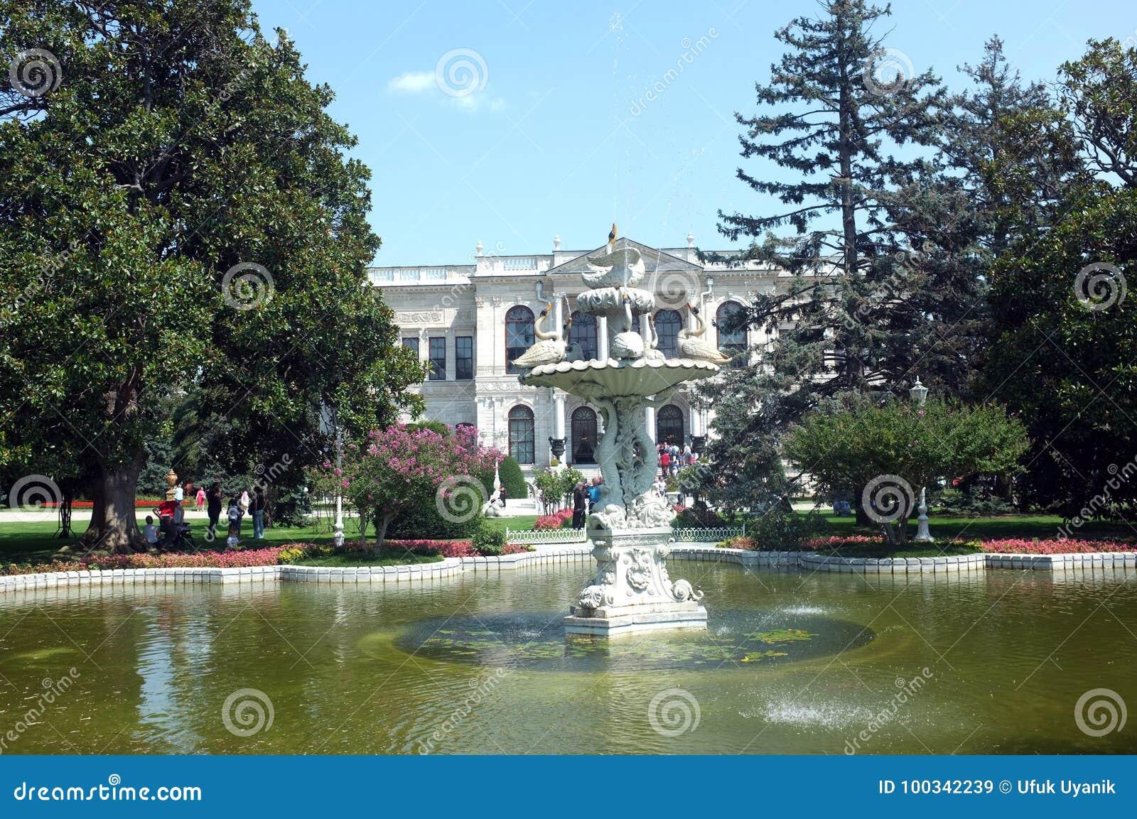 Μπροστινή άποψη του παλατιού Dolmabahce με τον κήπο του