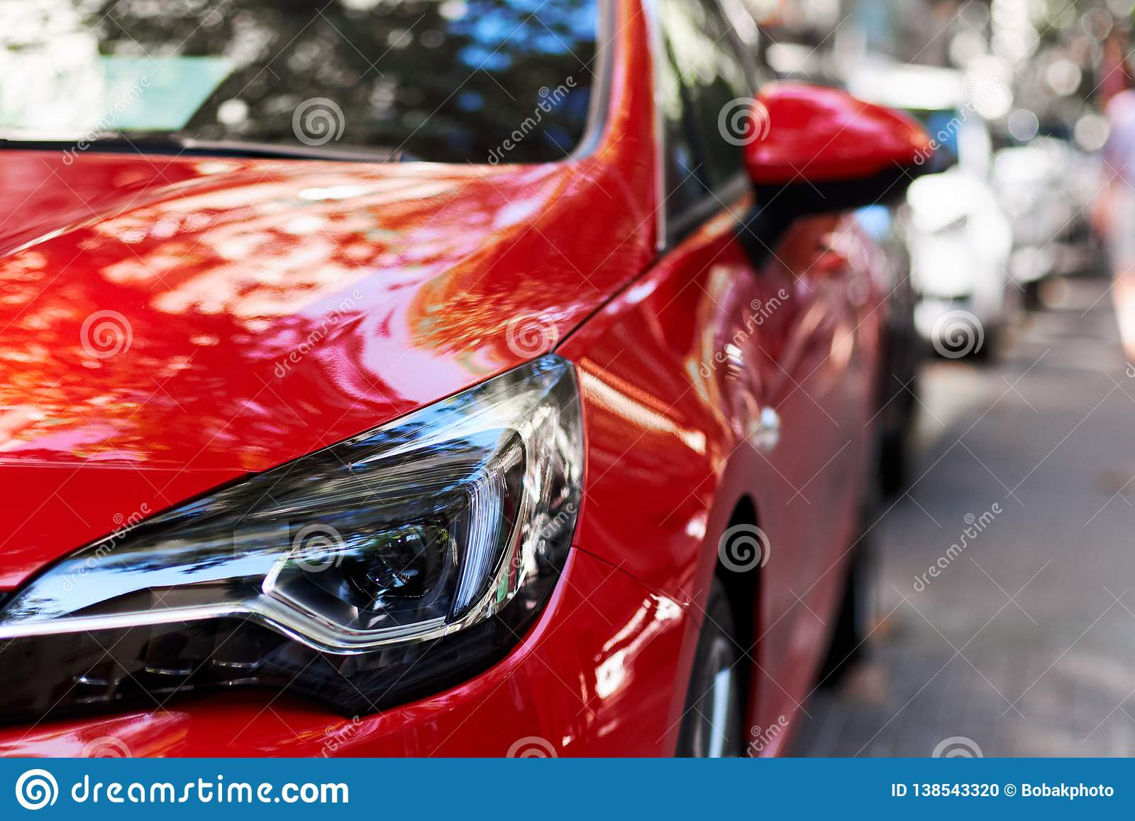 Μπροστινό μέρος ενός κόκκινου αυτοκινήτου