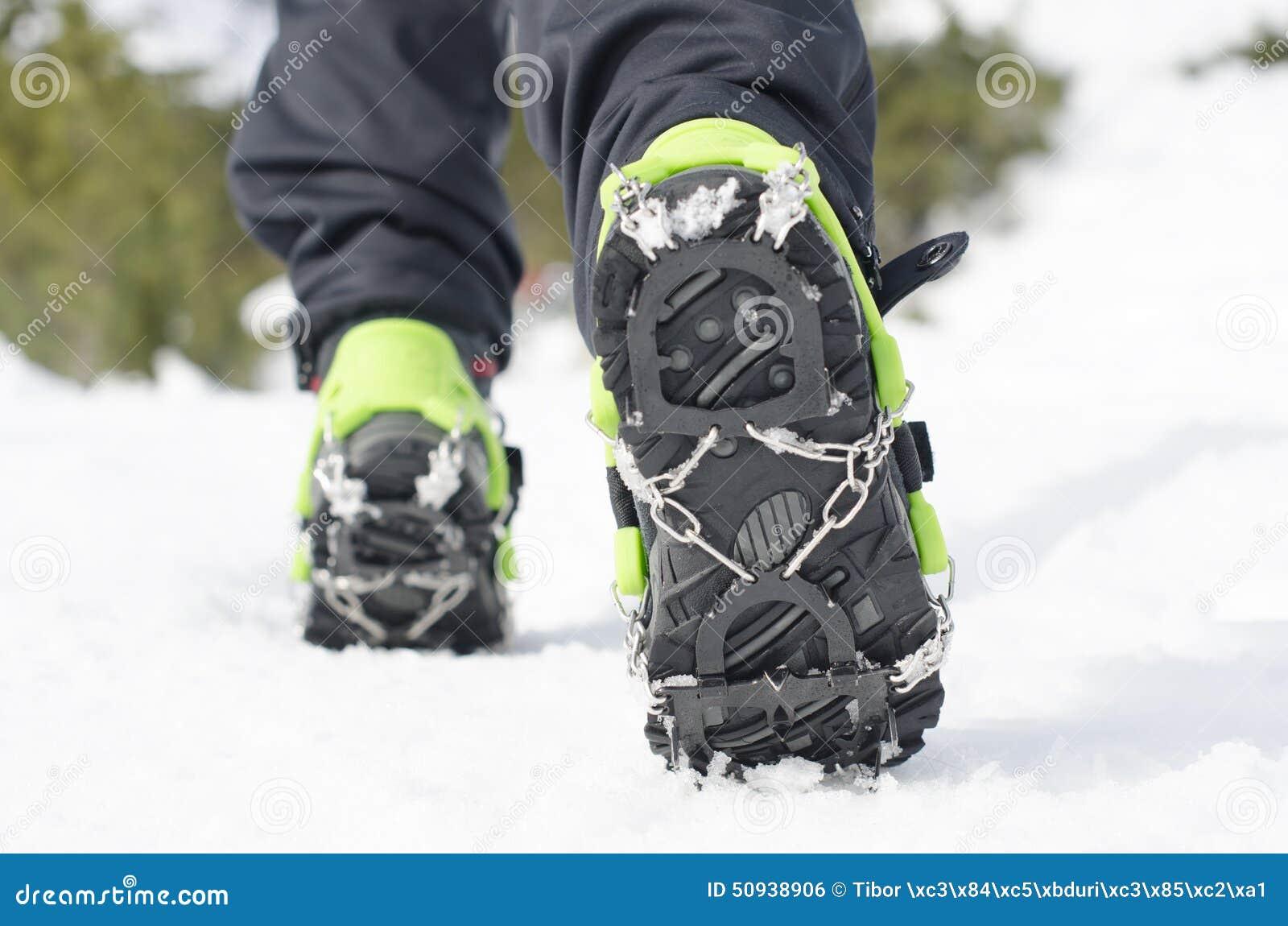 8266cb2edd8 Μπότες πεζοπορίας με το Crampon, εξοπλισμός για την αναρρίχηση πάγου ...