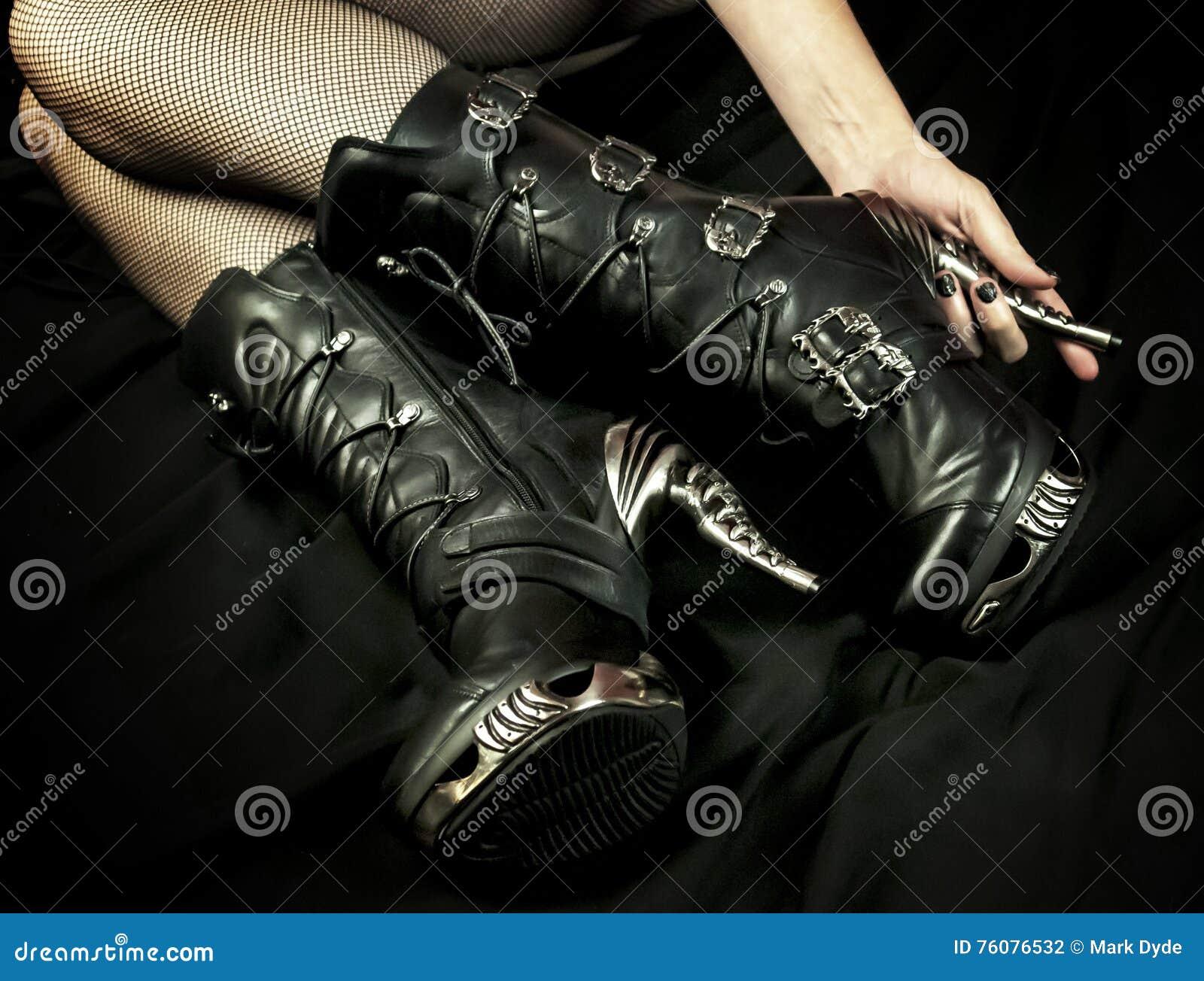 Μπότες φετίχ και μαύρα δίχτυα ψαρέματος