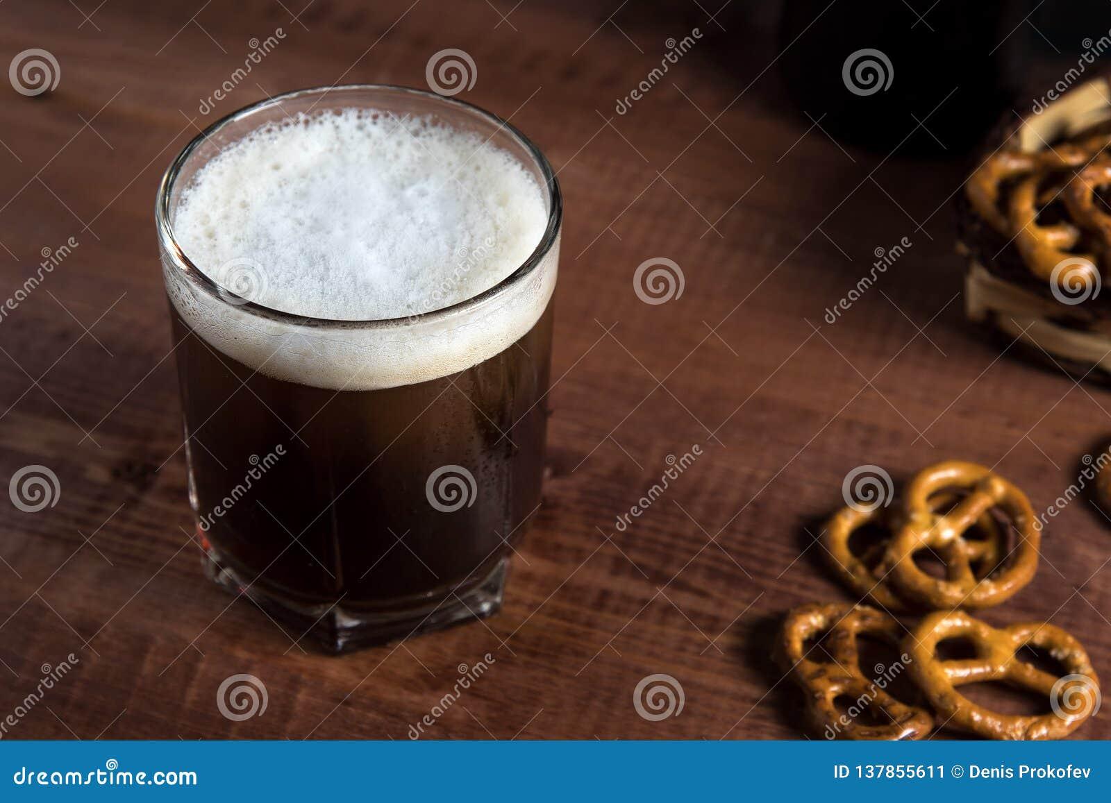 Μπύρα σε ένα γυαλί σε έναν ξύλινο πίνακα