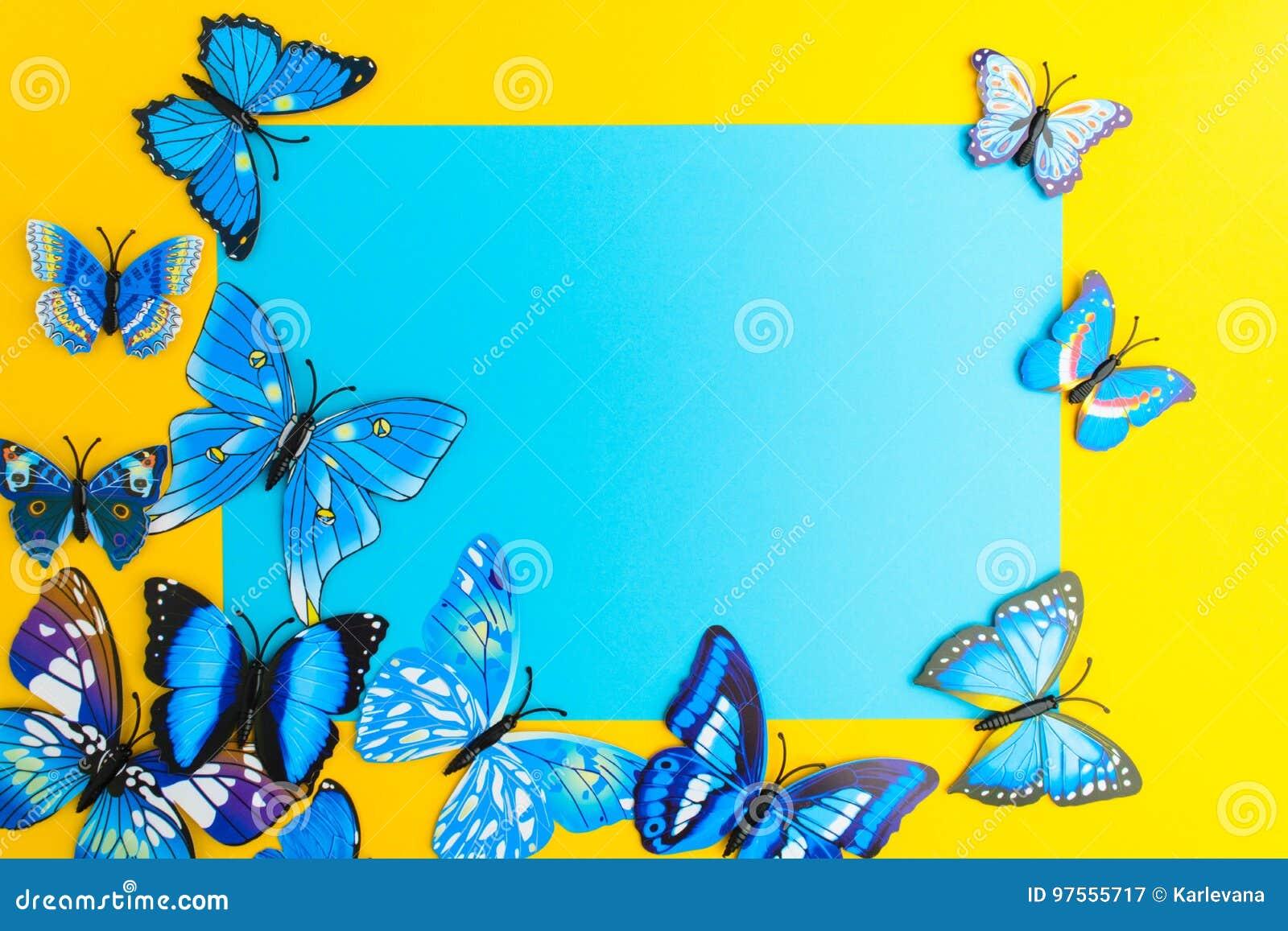 Μπλε έγγραφο με τη διακόσμηση πεταλούδων στο κίτρινο υπόβαθρο με το γ