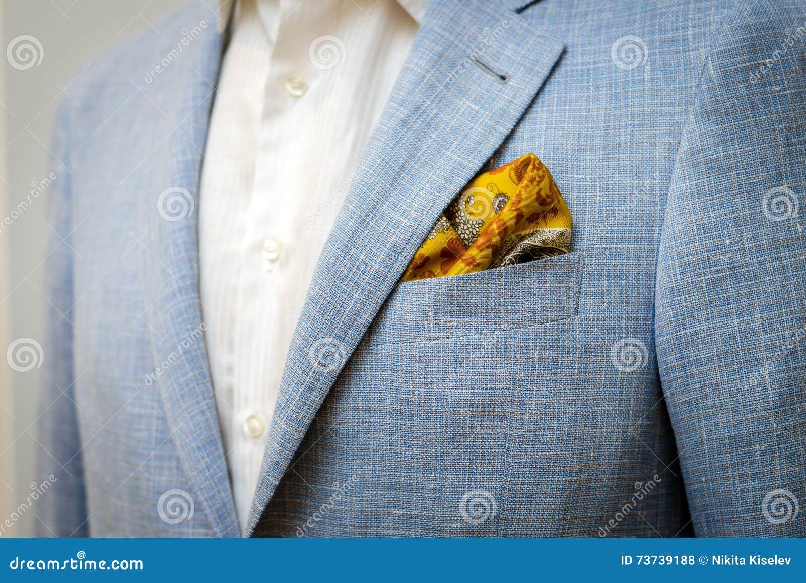Μπλε επιχειρησιακό κοστούμι με ένα άσπρο πουκάμισο και με ένα κίτρινο μαντίλι σε μια τσέπη
