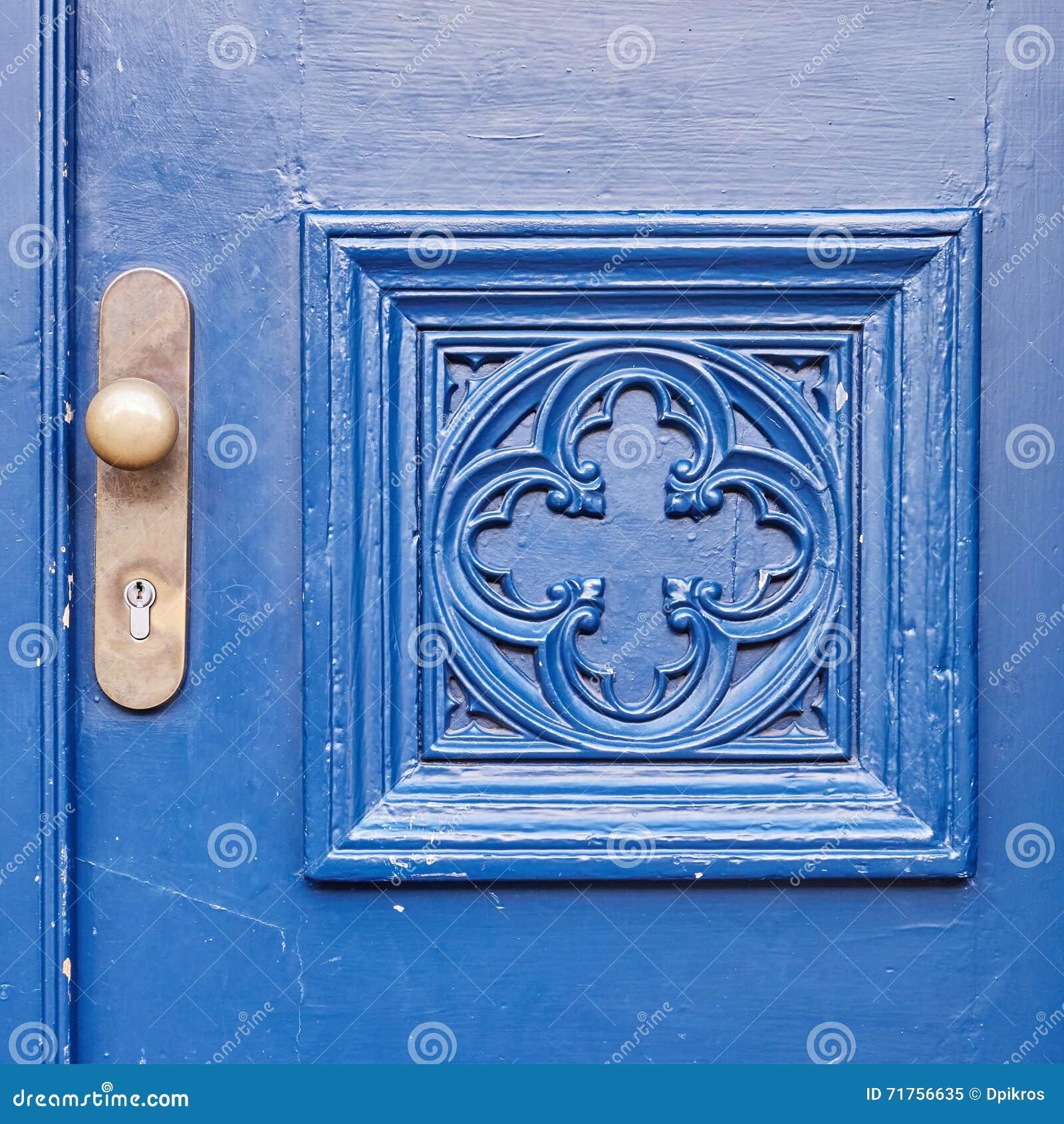 Μπλε λεπτομέρεια πορτών και λαβών