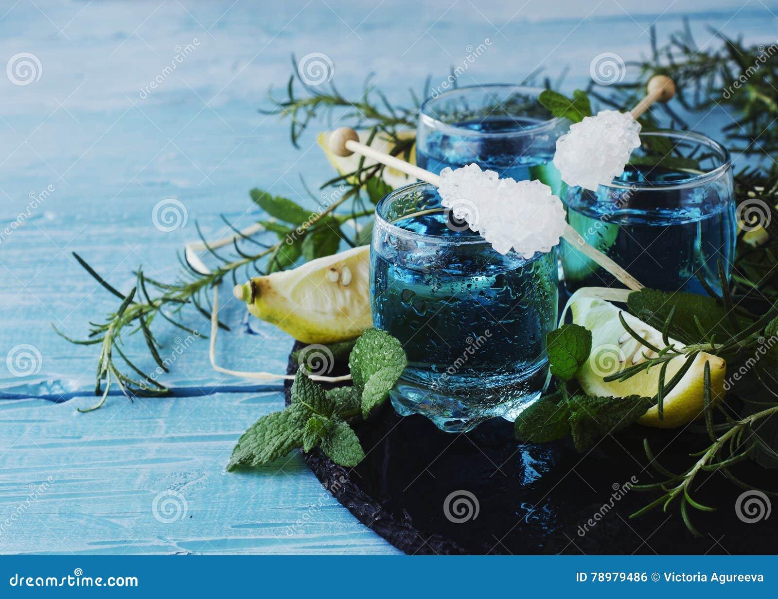 Μπλε ηδύποτο ή sambuca του Κουρασάο με το λεμόνι