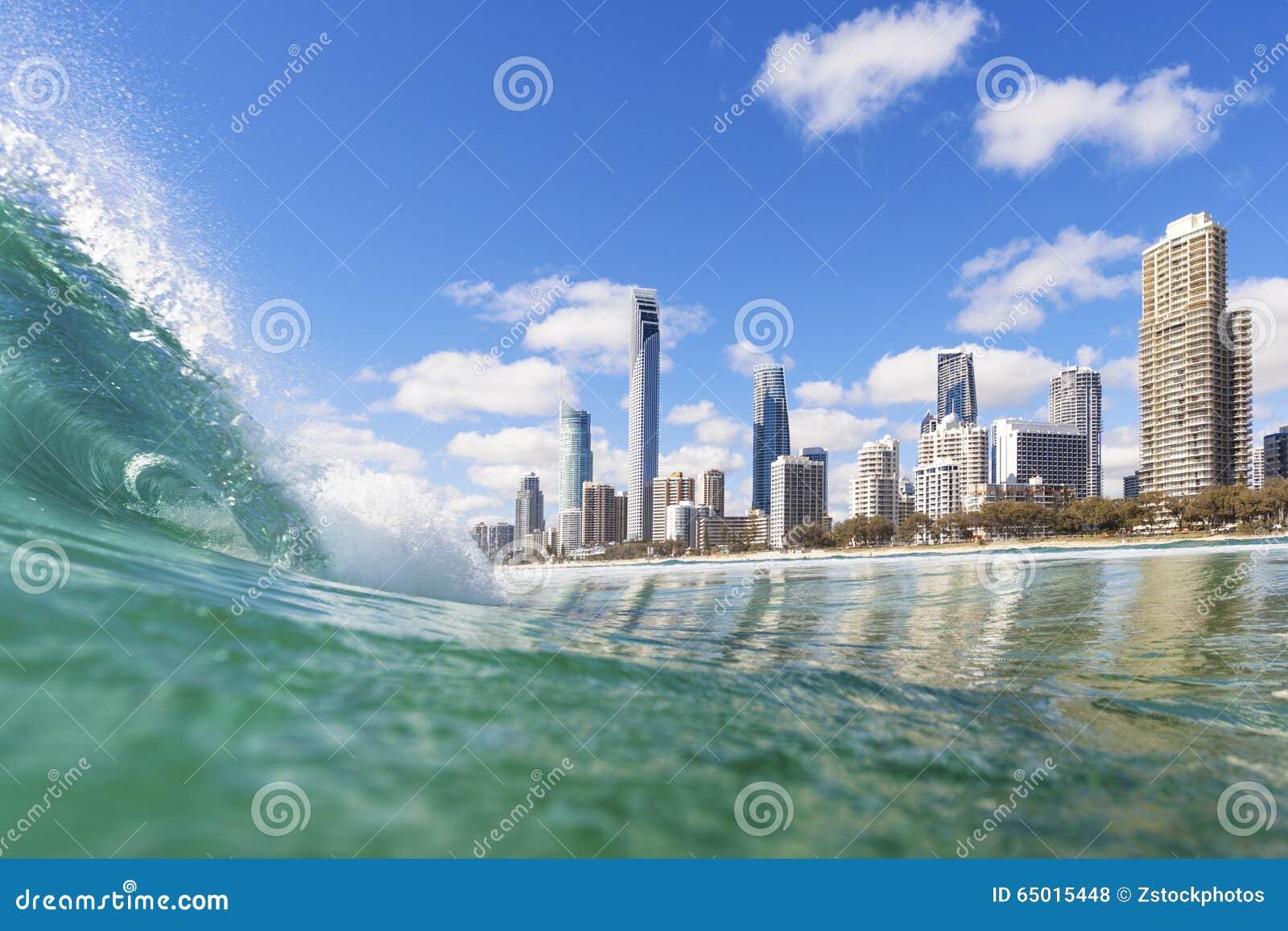 Μπλε κύματα που κυλούν στην παραλία παραδείσου Surfers