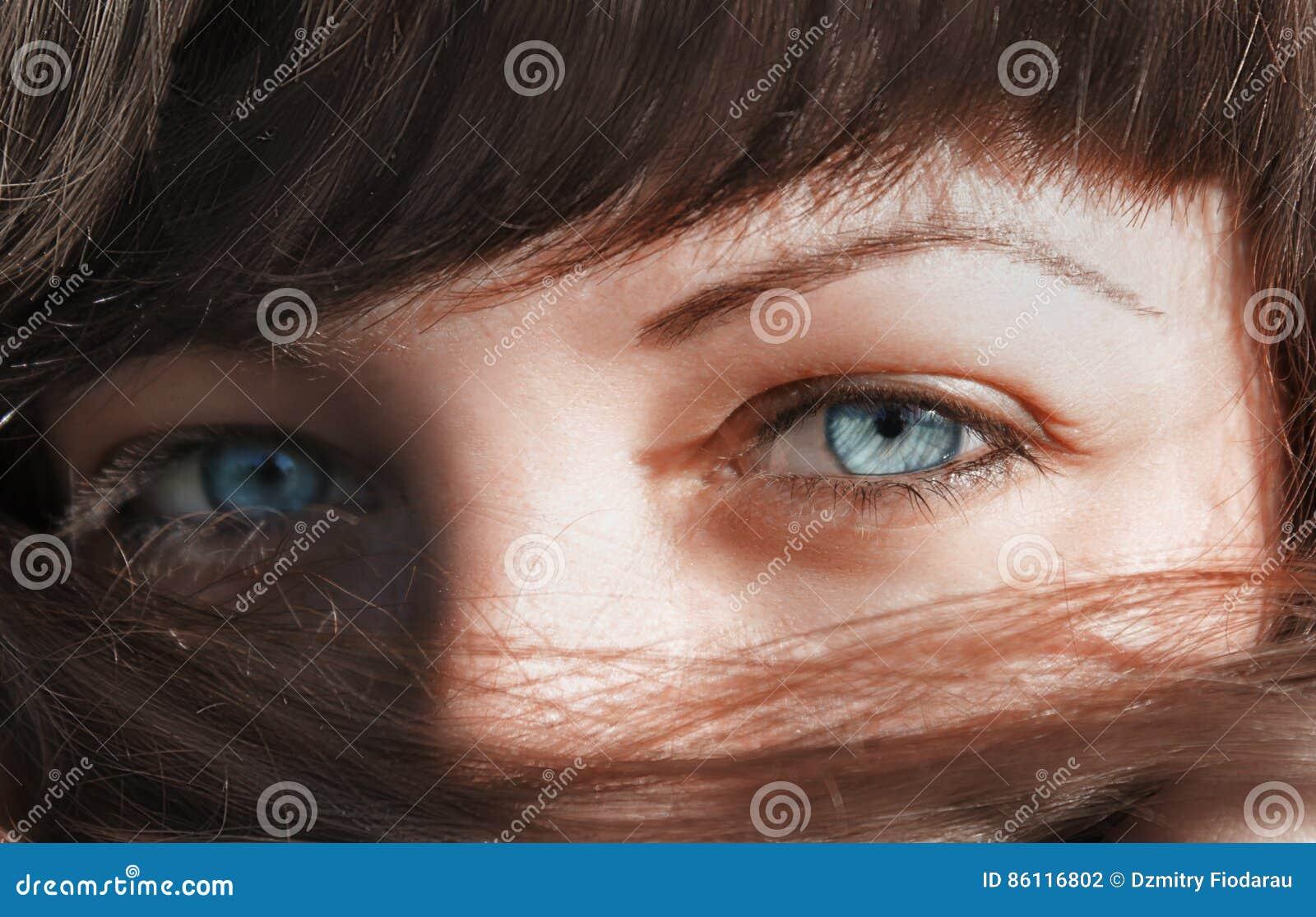 Μπλε μάτια που κοιτάζουν μέσω της τρίχας