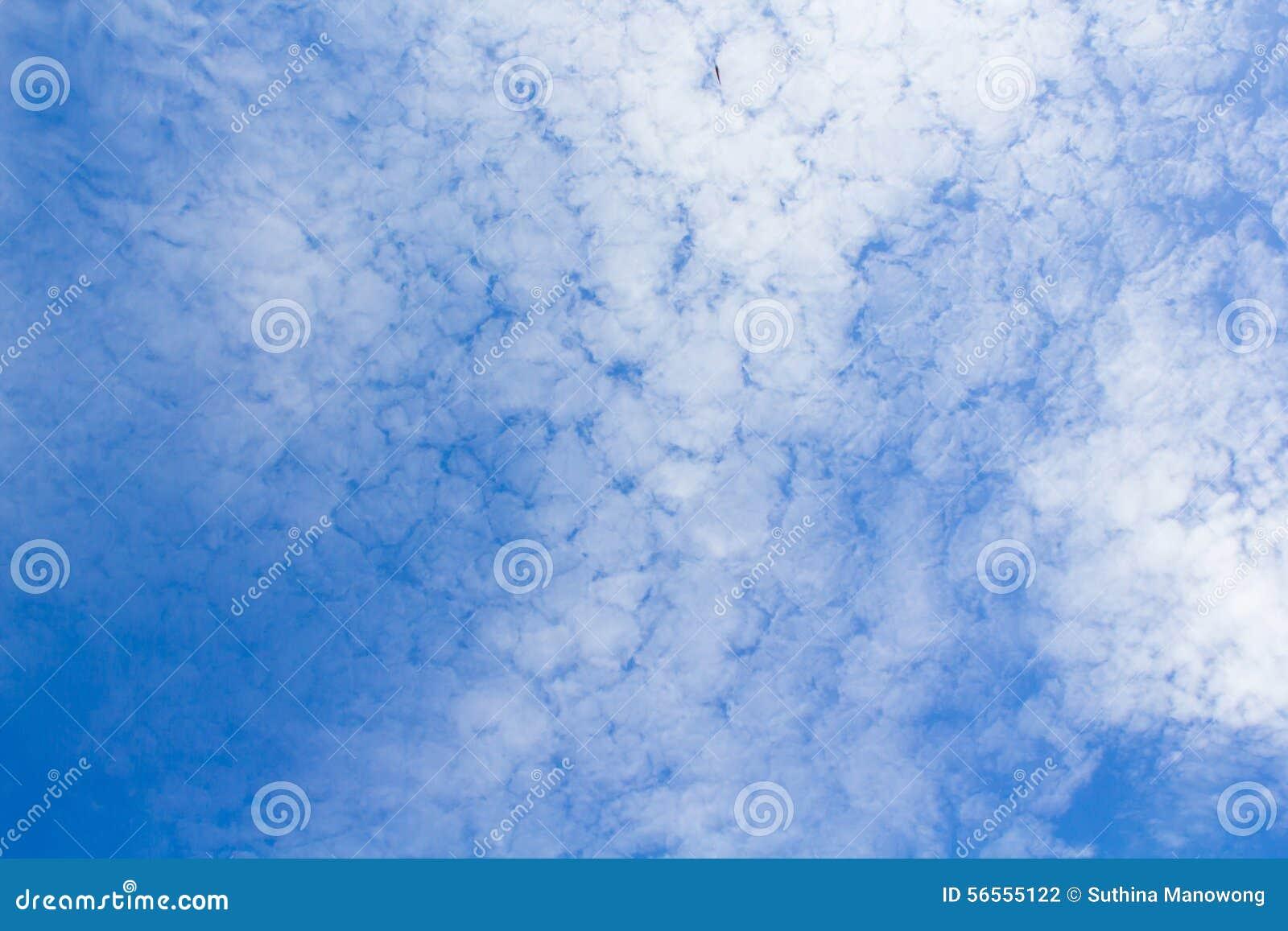 Download Μπλε ουρανός με την κινηματογράφηση σε πρώτο πλάνο σύννεφων Στοκ Εικόνες - εικόνα από νεφελώδης, πρότυπο: 56555122