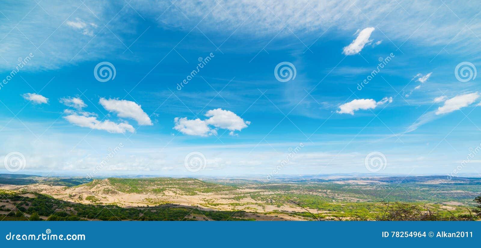 Μπλε ουρανός πέρα από ένα σαρδηνιακό τοπίο