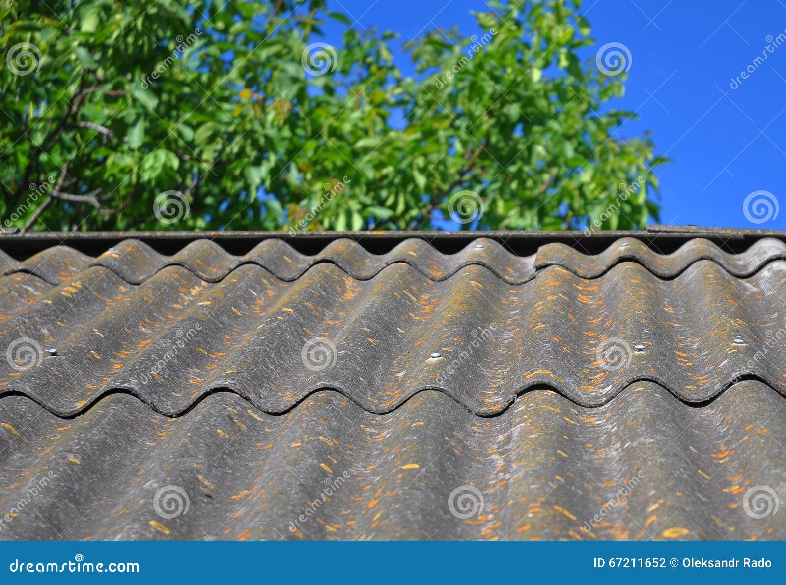 Μπλε ουρανός πέρα από τα επικίνδυνα κεραμίδια στεγών αμιάντων παλαιά ικανά να χρησιμοποιήσουν ως κατασκευασμένο υπόβαθρο
