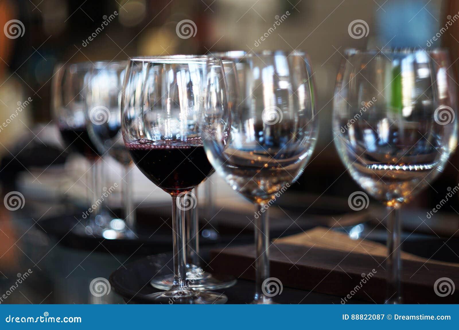 μπλε dof ρηχό κρασί γυαλιών
