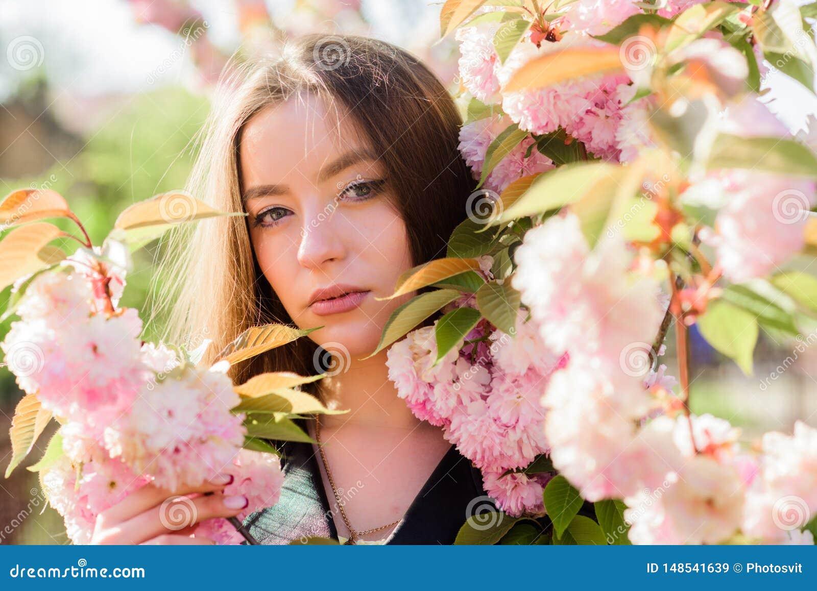Μυρωδιά ανθών, αλλεργία skincare και SPA Φυσικά καλλυντικά για το δέρμα κορίτσι στο λουλούδι κερασιών Άνθιση δέντρων Sakura