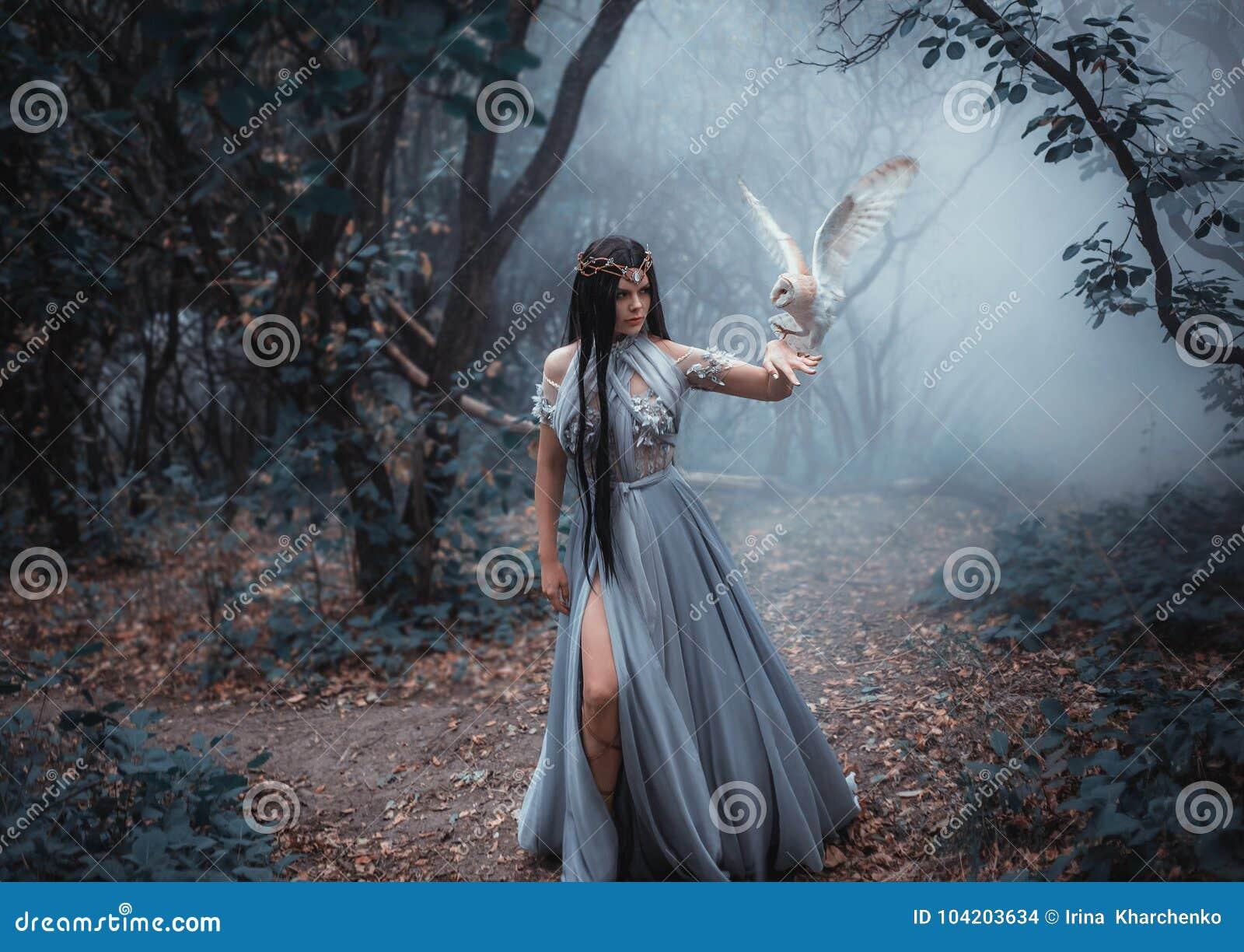 Μυστήρια μάγισσα με ένα πουλί