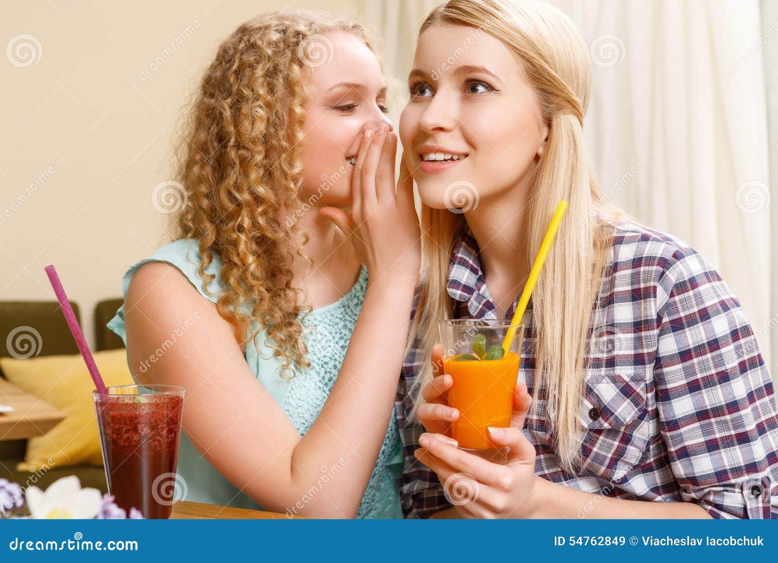 Μυστικά αφήγησης κοριτσιών στο φίλο της στον καφέ